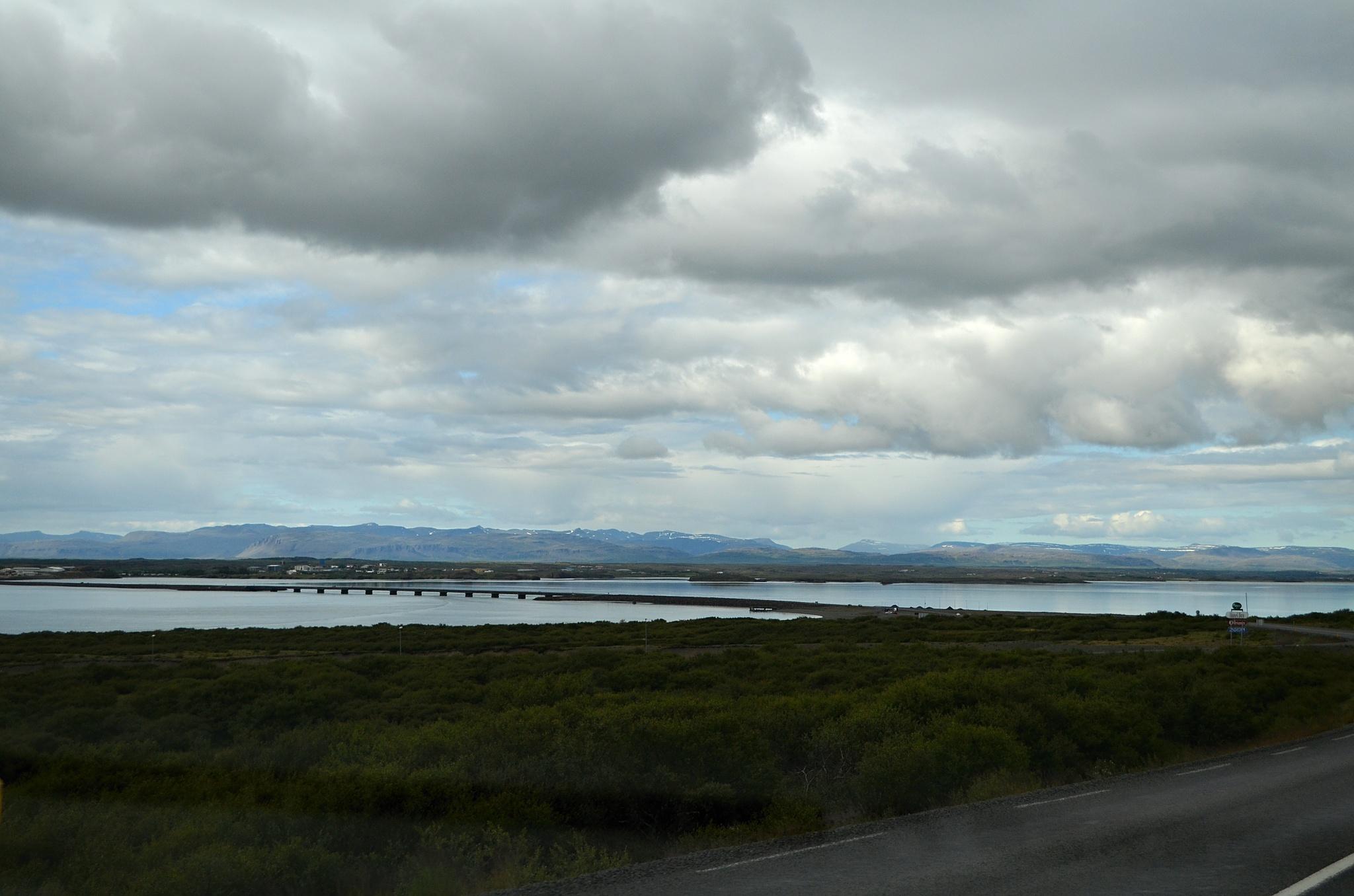 V dálce je most přes zátoku poblíž města Borgarbyggd