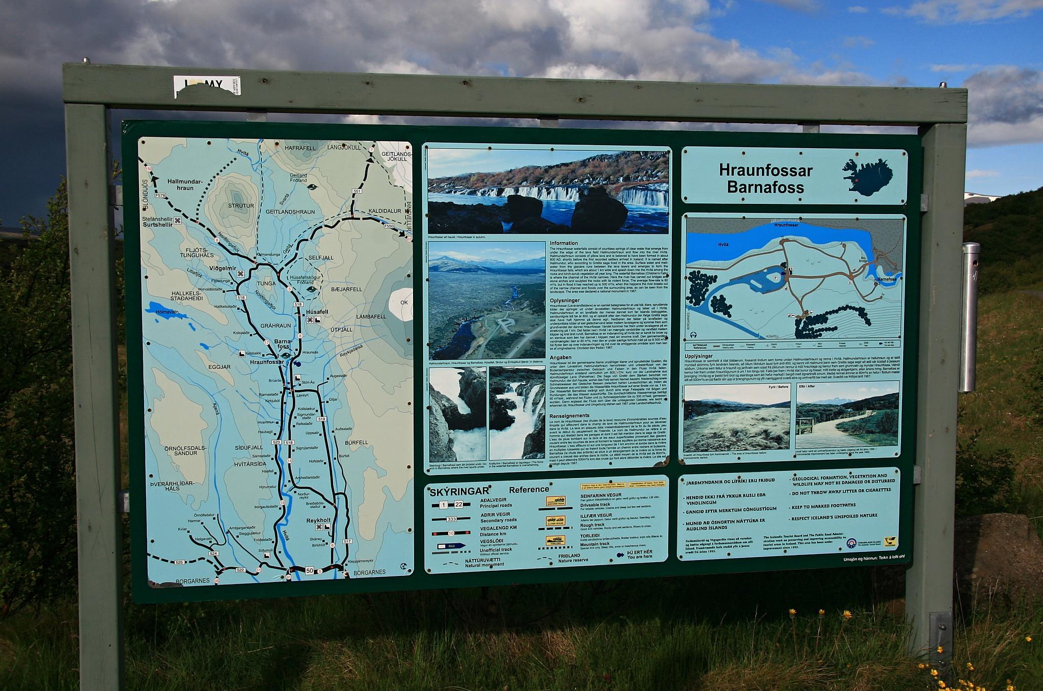 Informační tabule u vodopádů Hraunfossar a Barnafoss