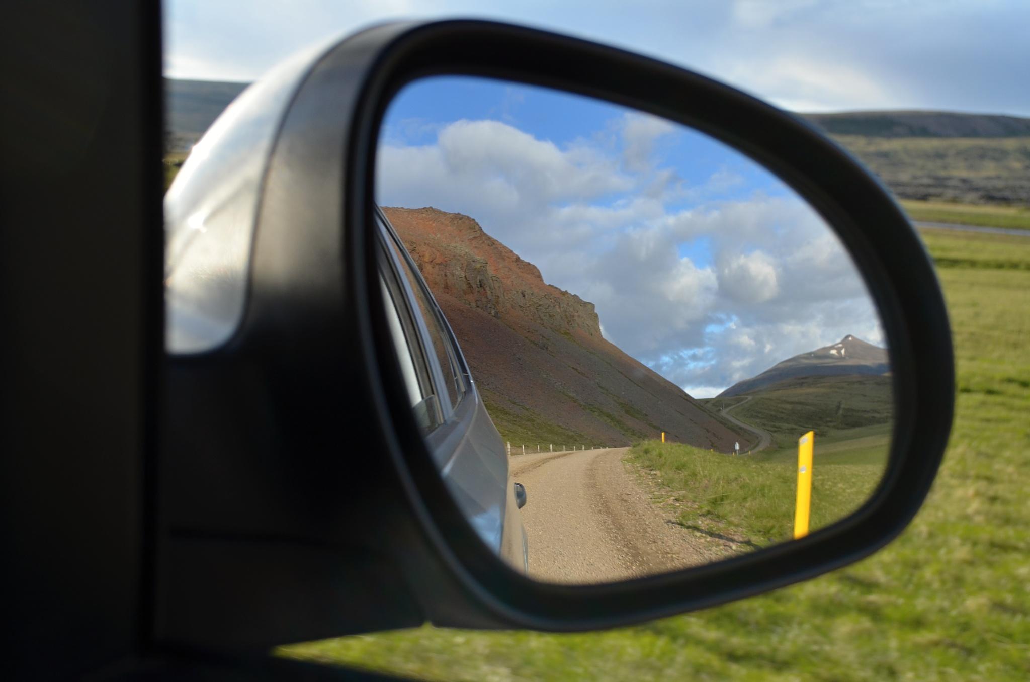 Ubíhající cesta ve zpětném zrcátku