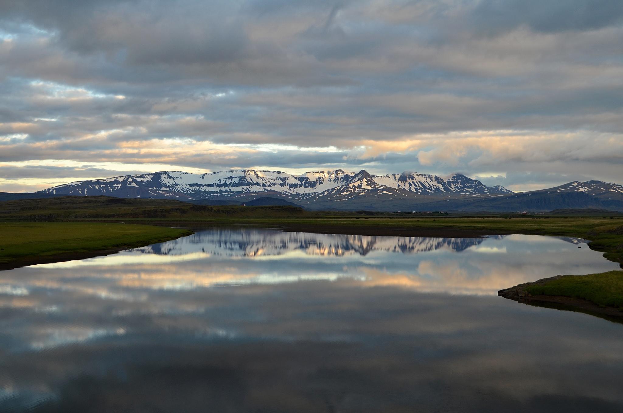 Krásný pohled přes zátoku na pohoří Hafnarfjall-Skarðsheiði