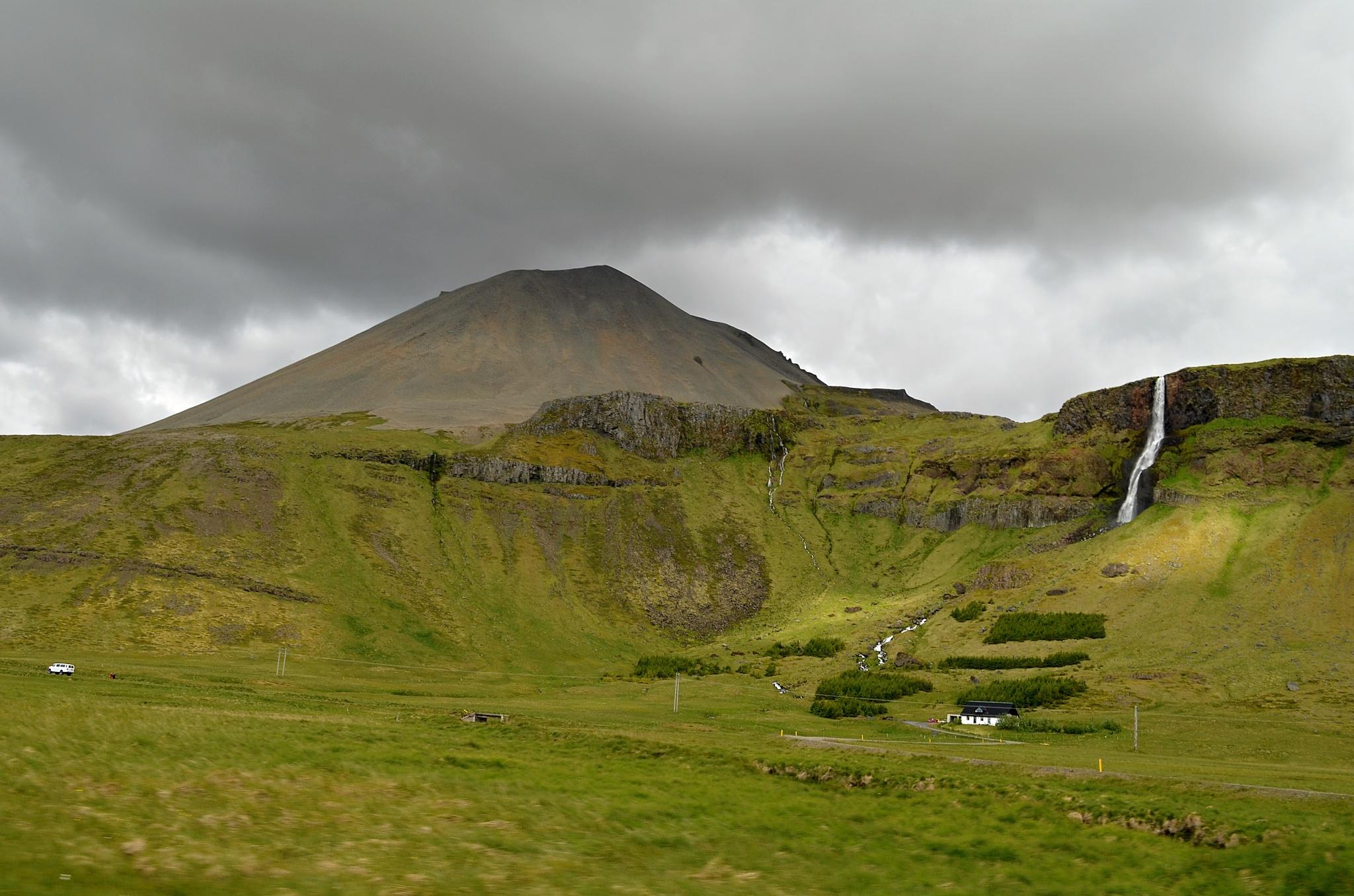 Farma s vodopádem na cestě k vesničce Búðir.
