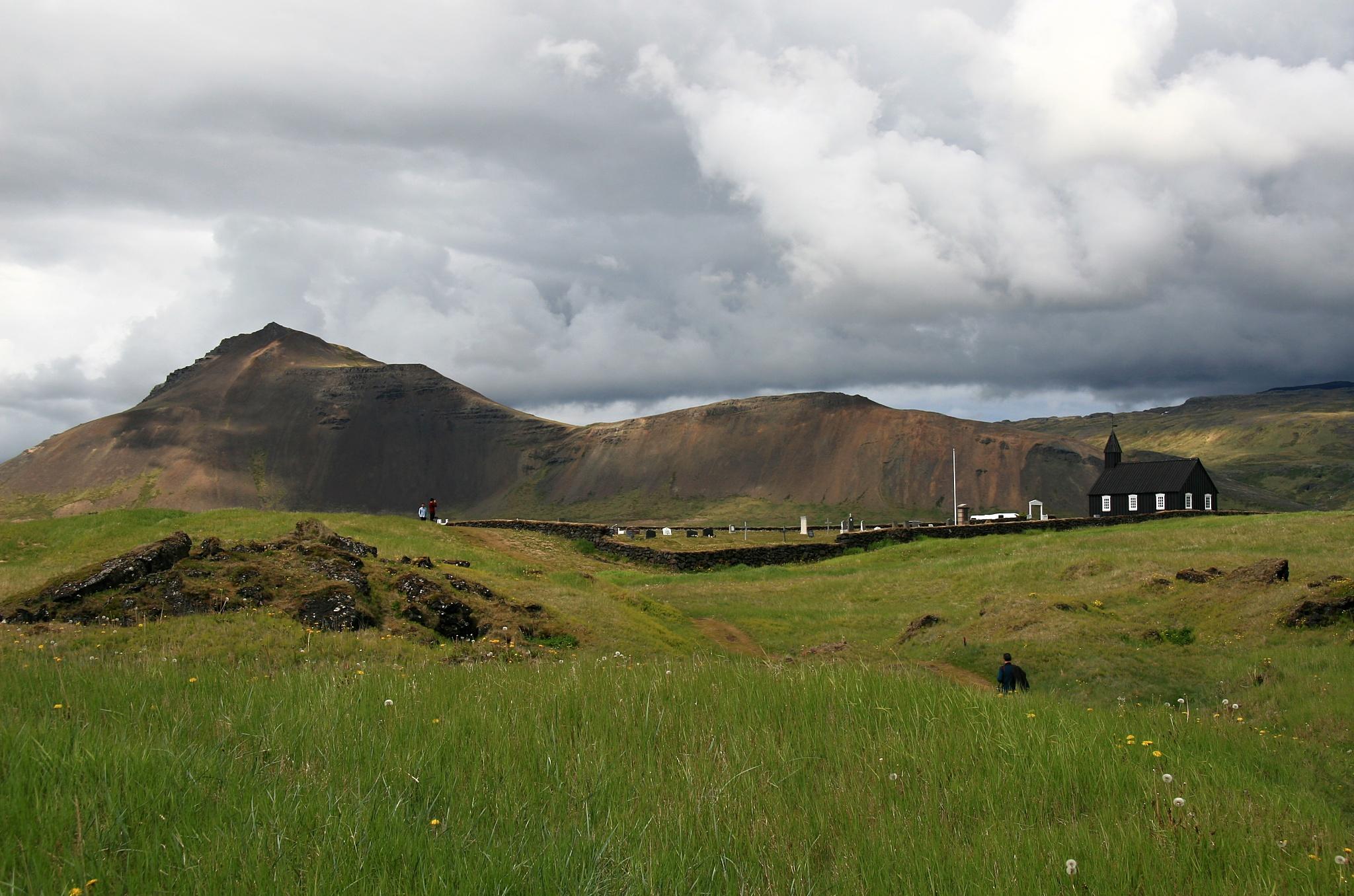 Kostelík v Búðiru a pohoří za ním.