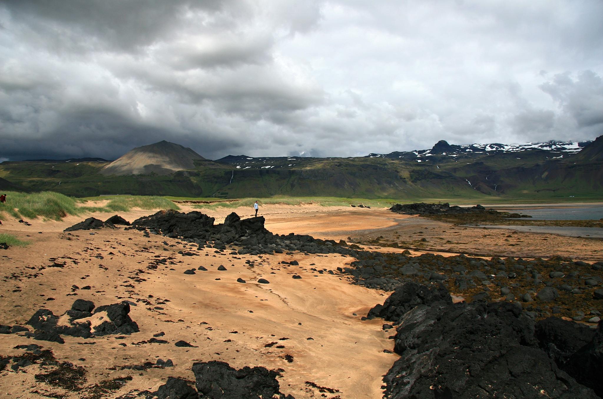 Pěkný kontrast žlutého písku a černé lávy.
