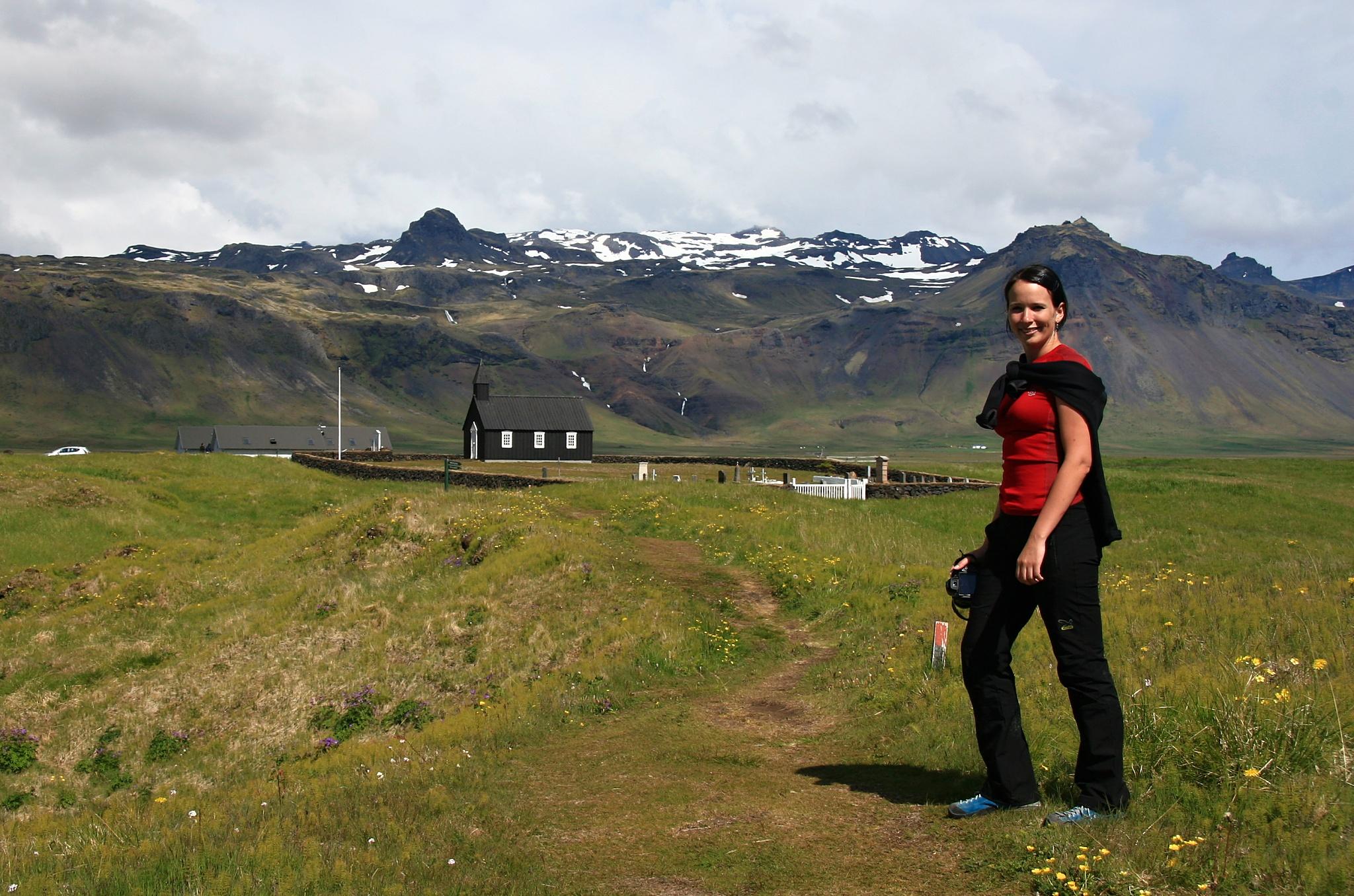 Hanka před kostelíkem v Búðiru.