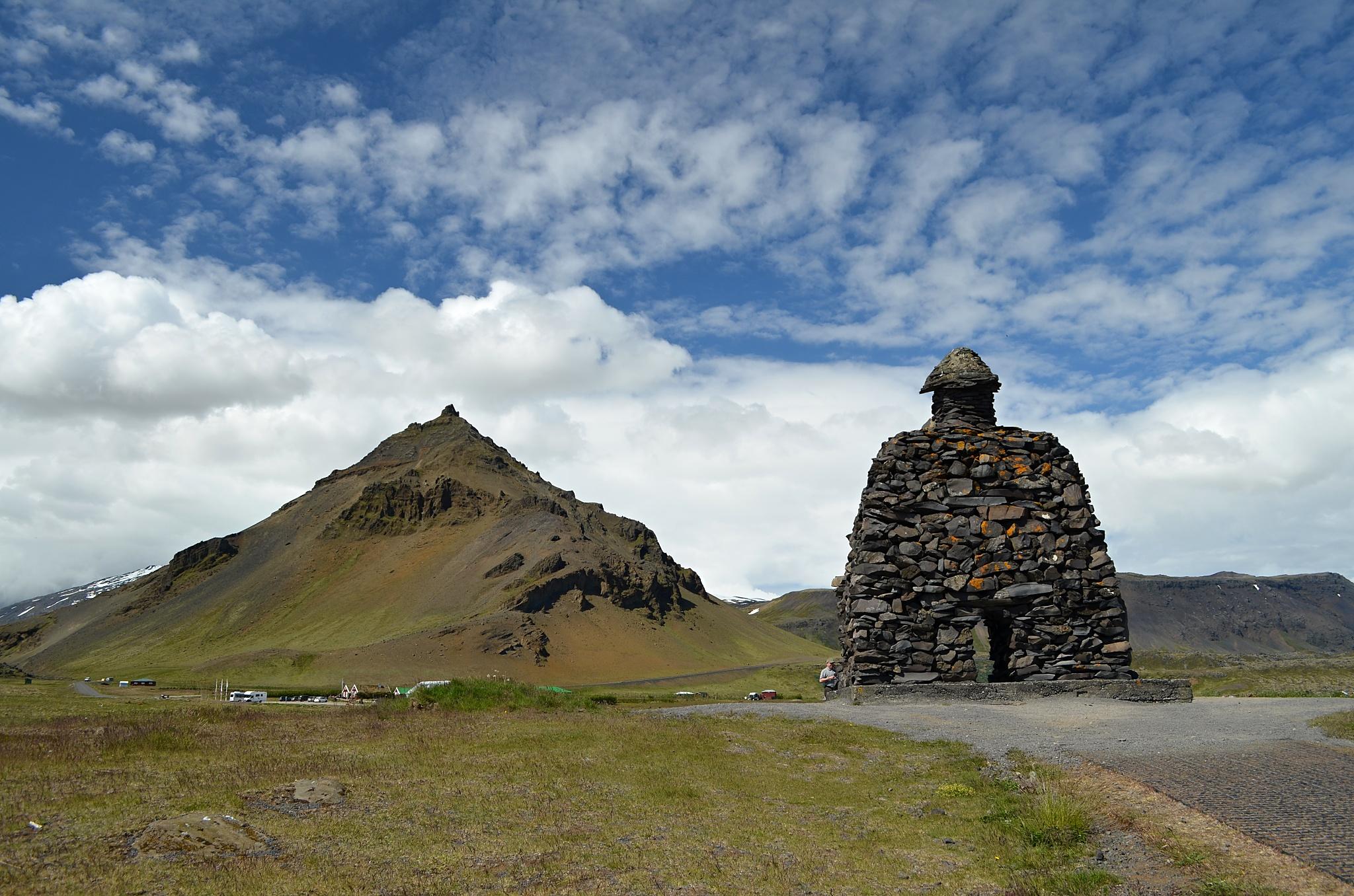 Socha Bárðura Snæfellsáse, potomka člověka a obra, s horou Stapafell v pozadí.