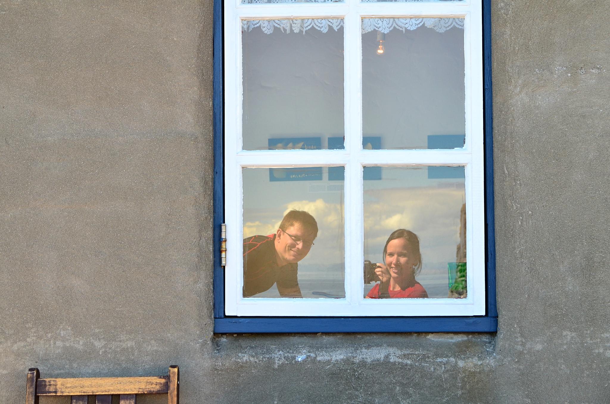 Krásné foto v okně kavárny Fjöruhúsið.