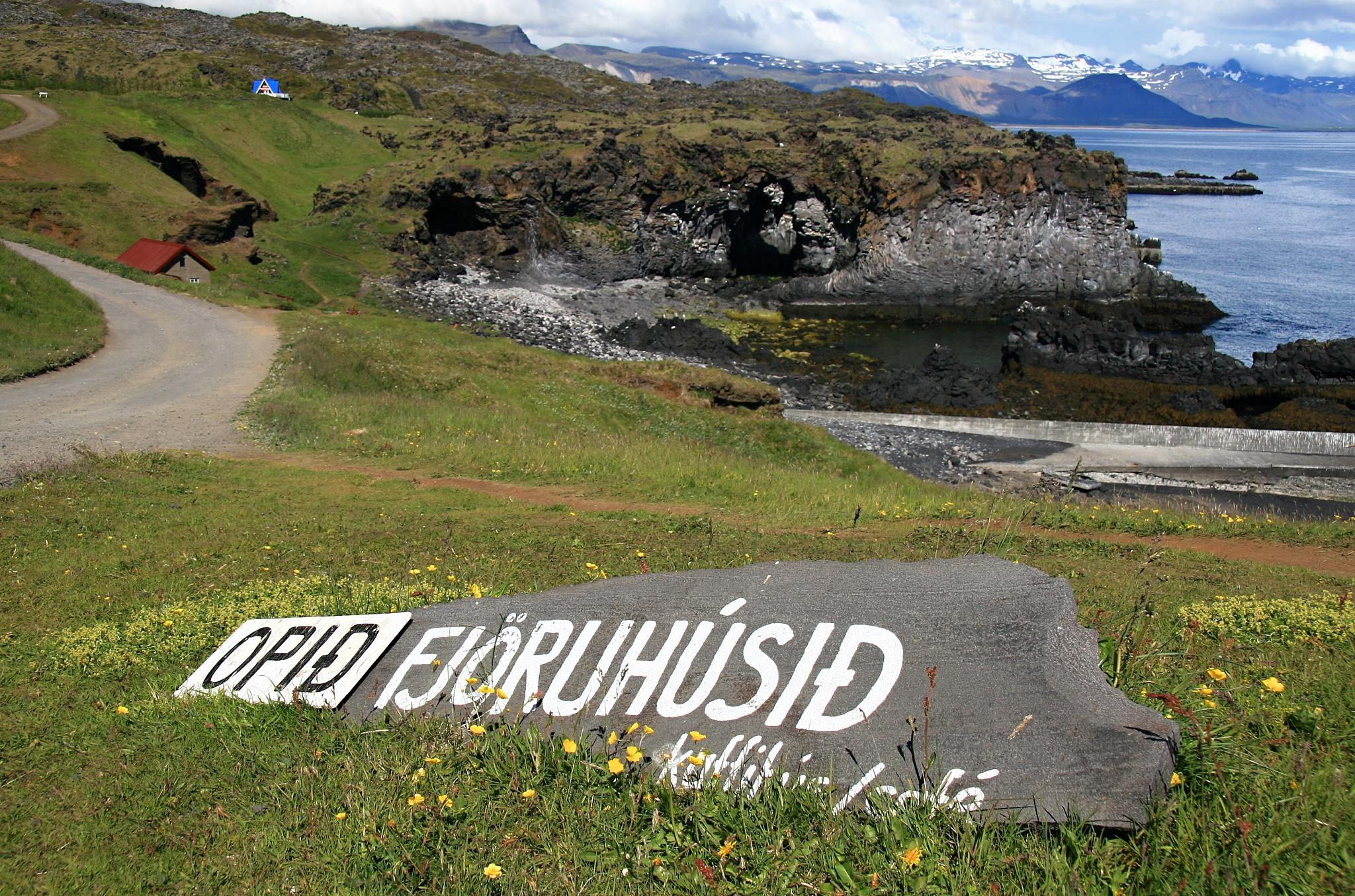 Ukazatel ke kavárně Fjöruhúsið.