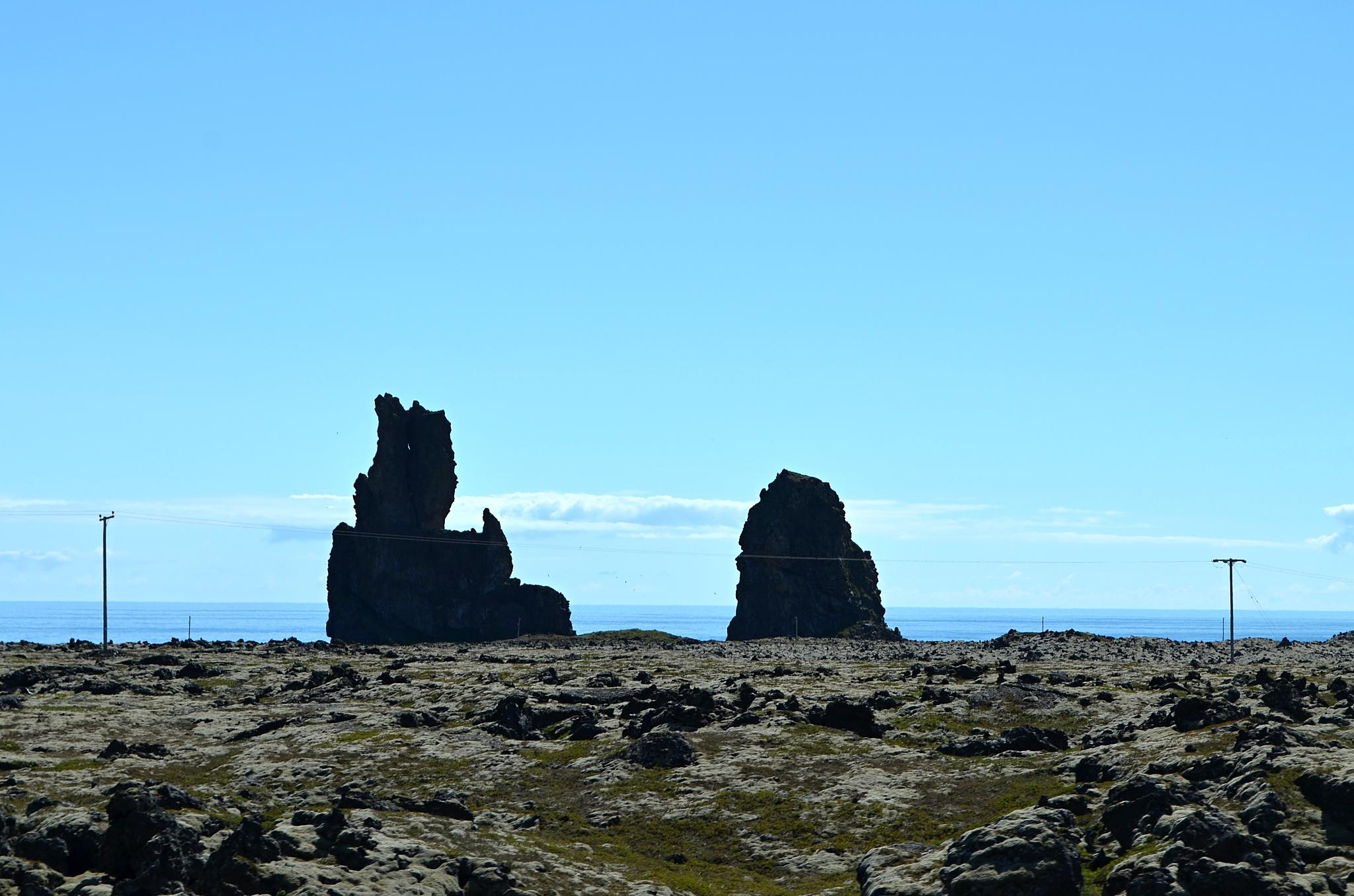 Zajímavé skály v moři na jih od ledovce Snæfellsjökull.