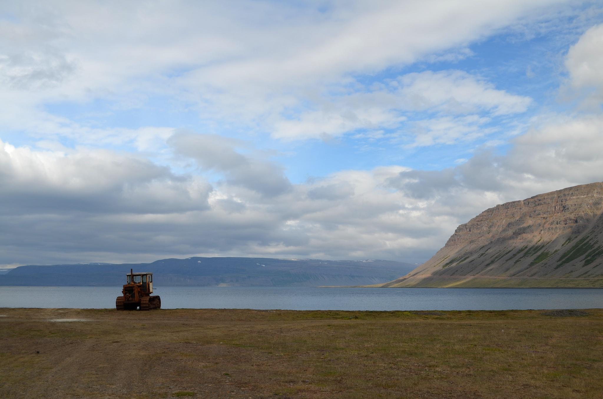Rezavý buldozer na pobřeží jednoho z fjordů