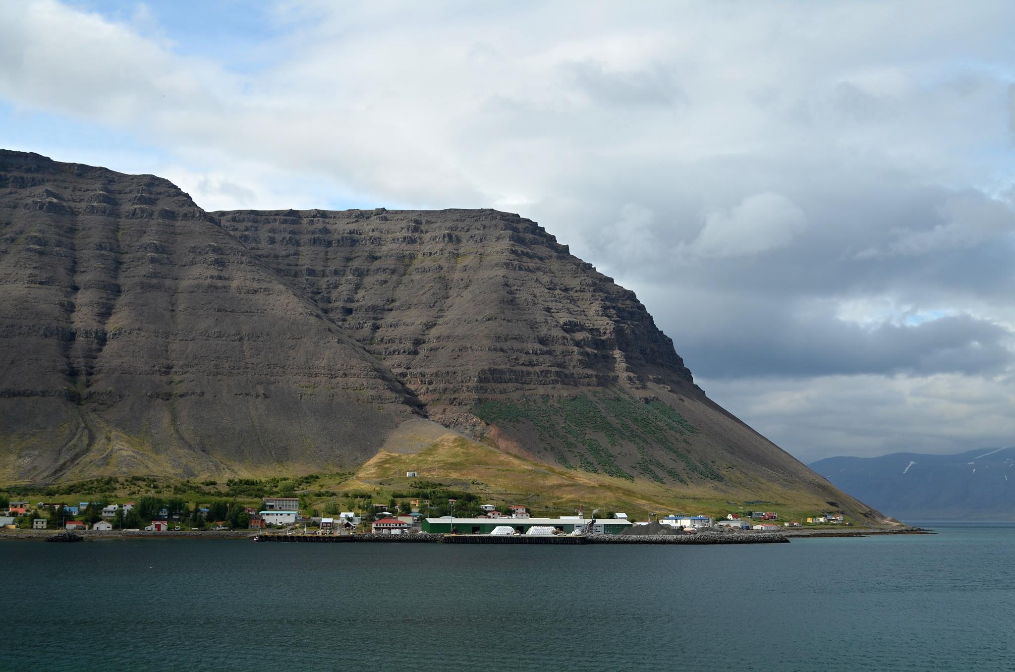Vesnička Bíldudalur na pobřeží Arnarfjörðuru, jednoho ze západních fjordů