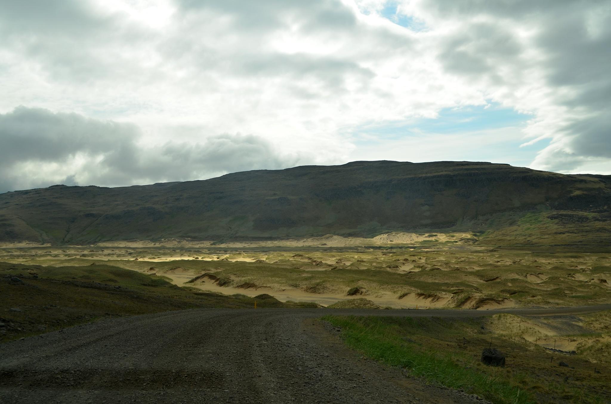 Písečná pláž se zlatě zbarveným pískem