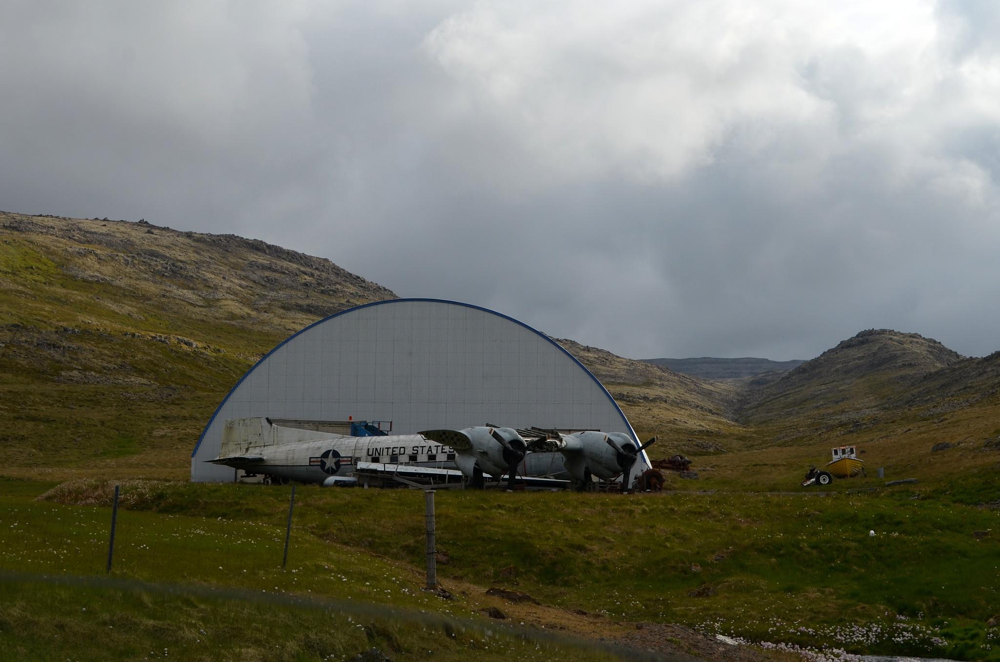 Vrak letadla C-117 Skytrooper ve vesničce Örlygshöfn.