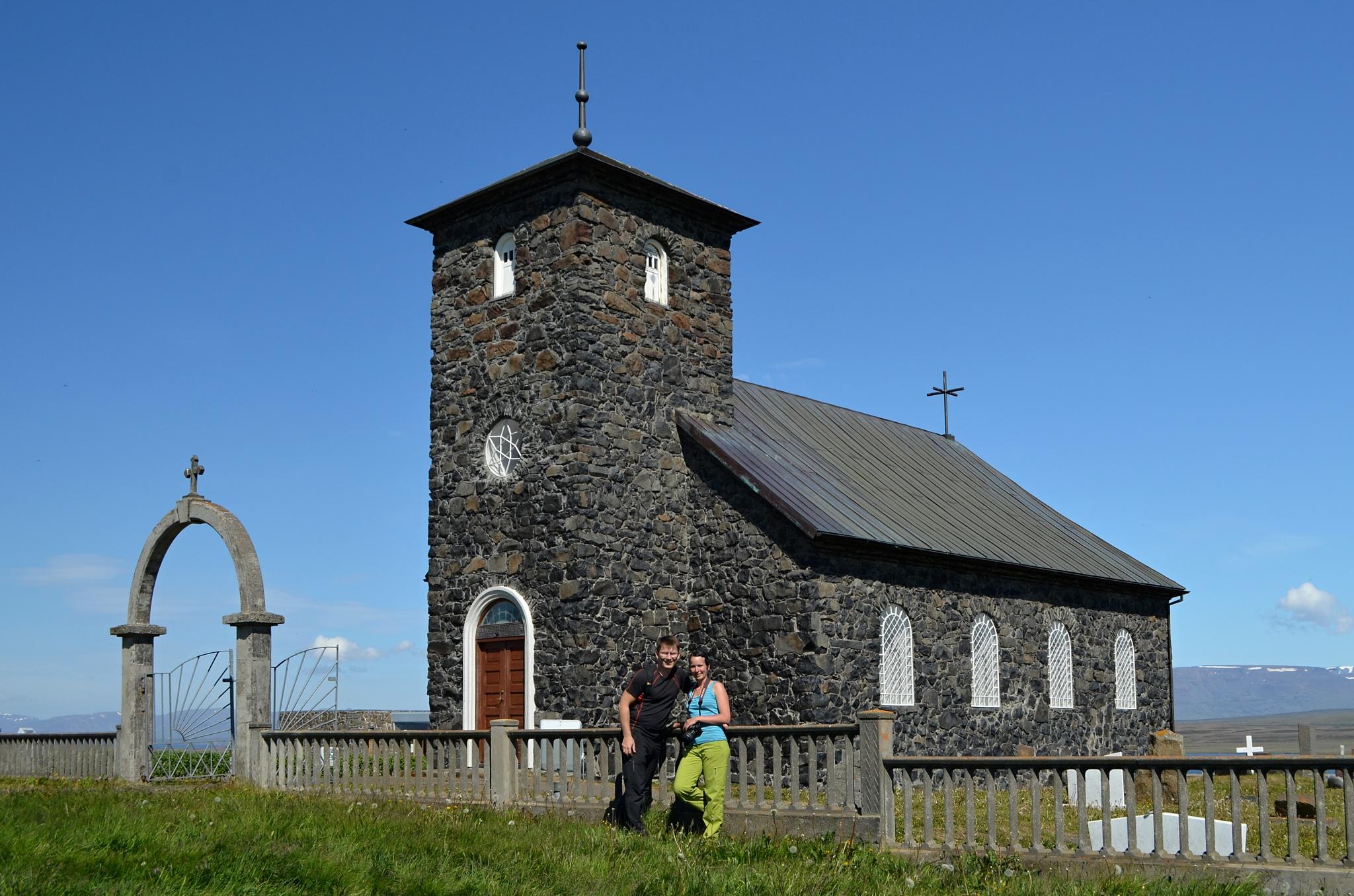 My dva u kostela Þingeyrakirkja