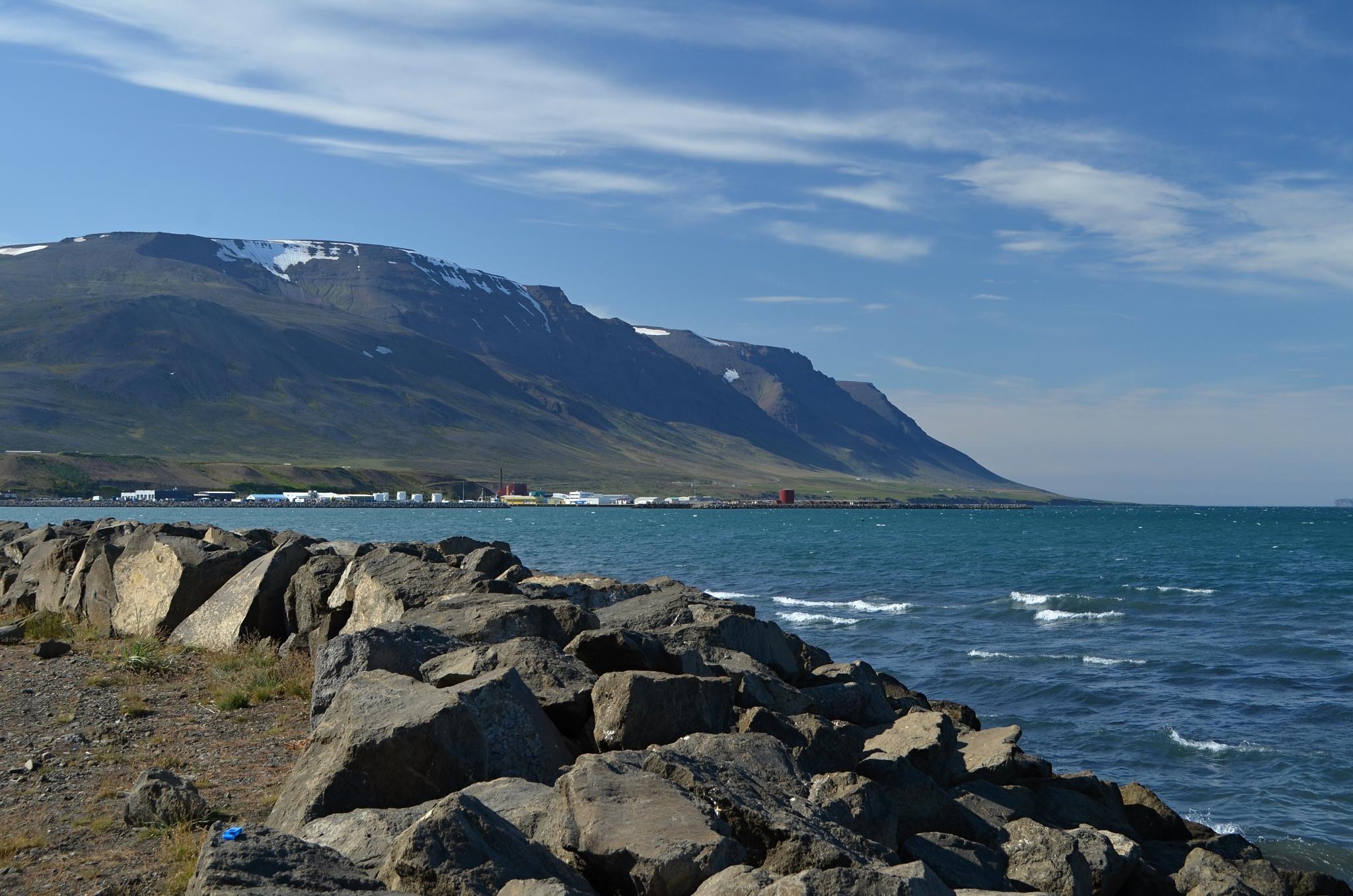 Zátoka a kamenná hráz u města Sauðárkrókur