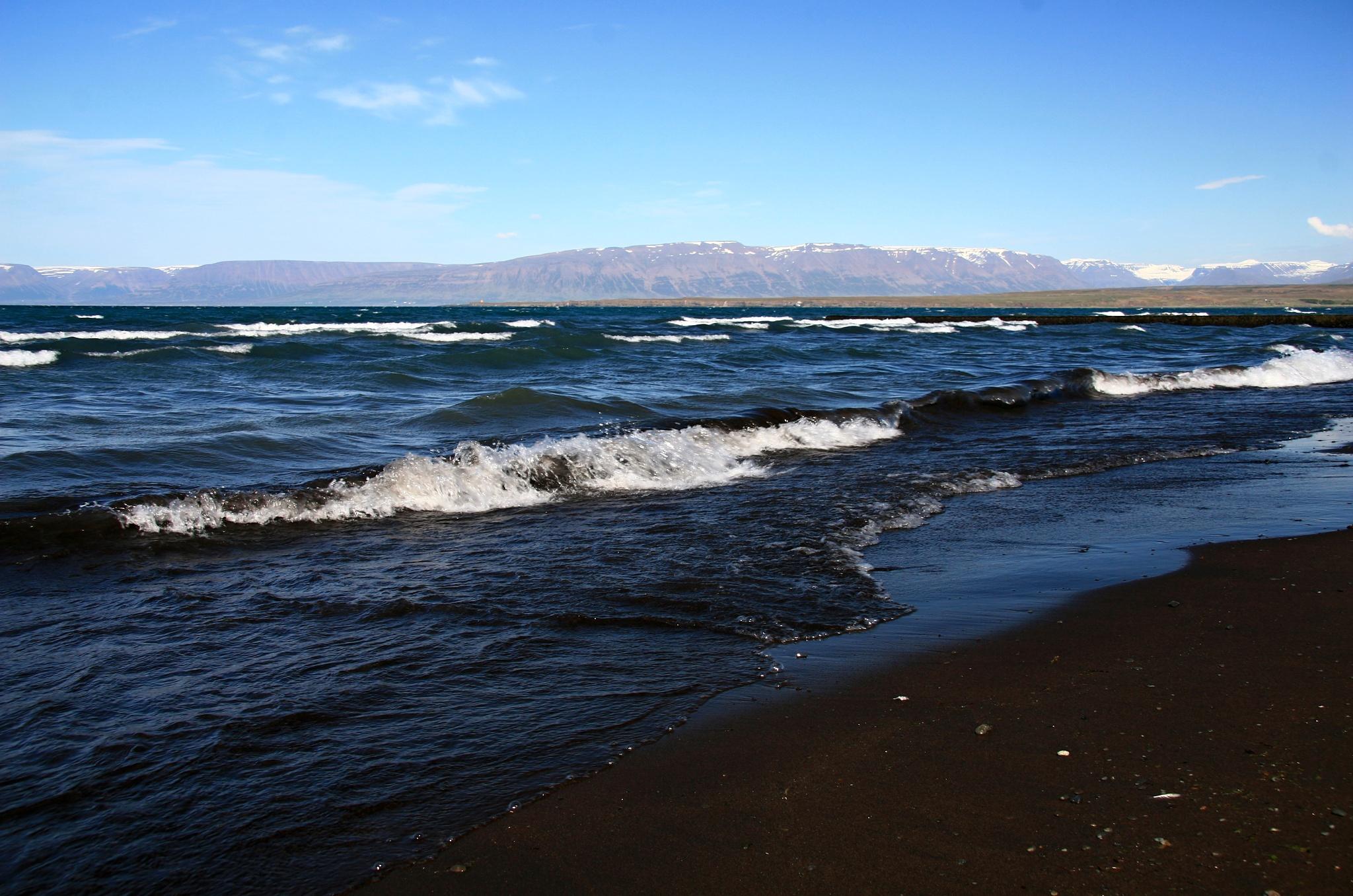 Černá pláž u města Sauðárkrókur