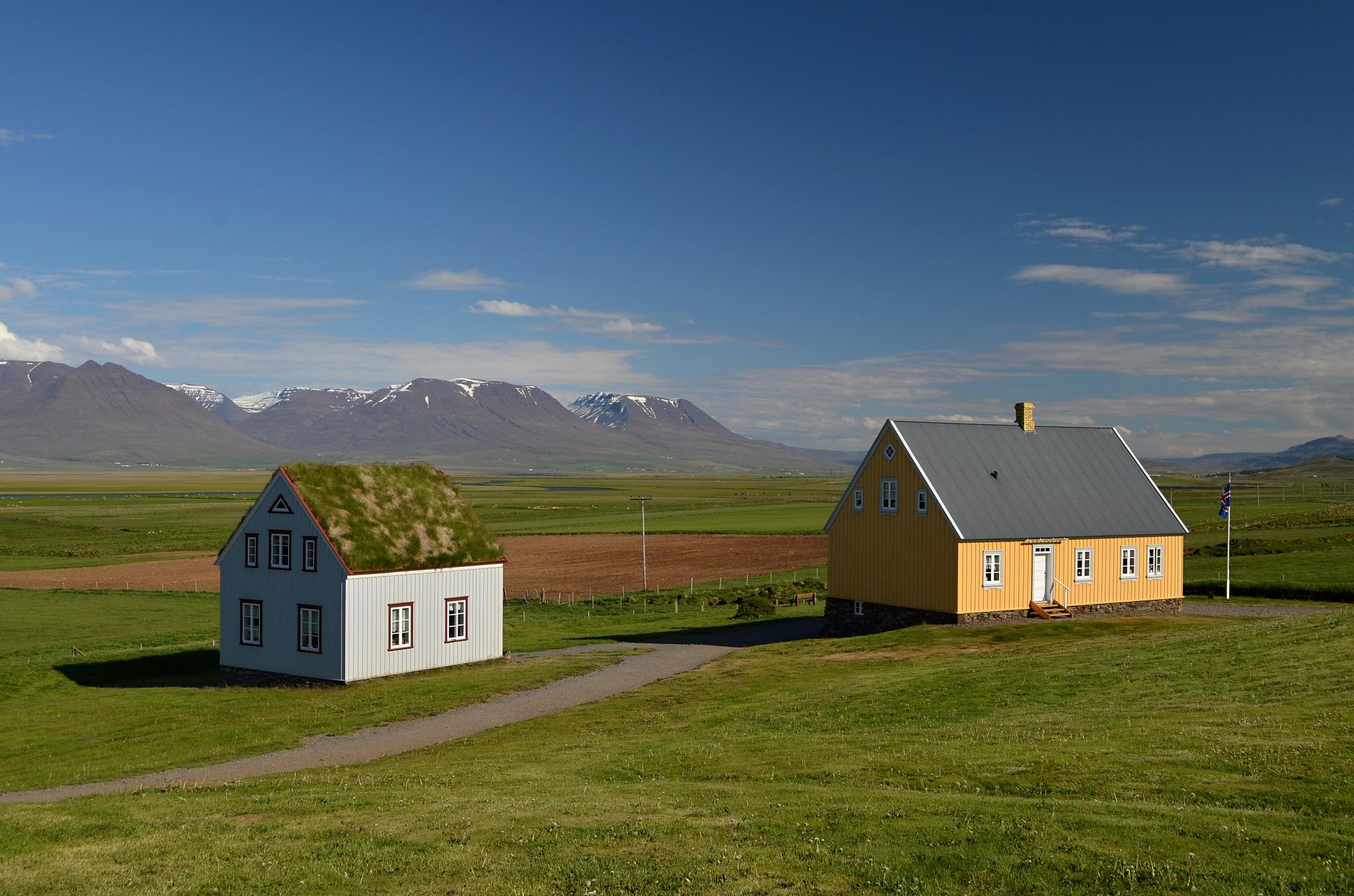 Staré dřevěné domky Áshús (žlutá budova) a Gilsstofa