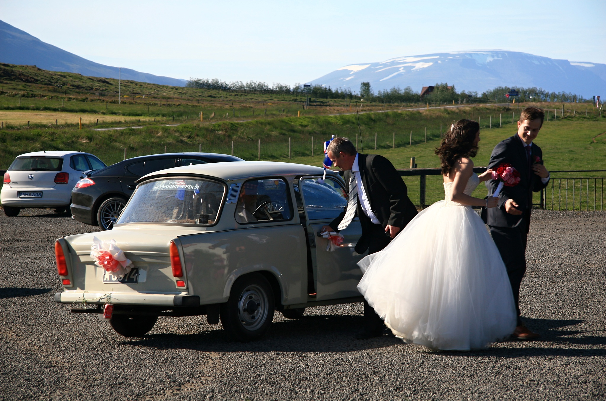 Luxusní limuzína z DDR veze svatebčany