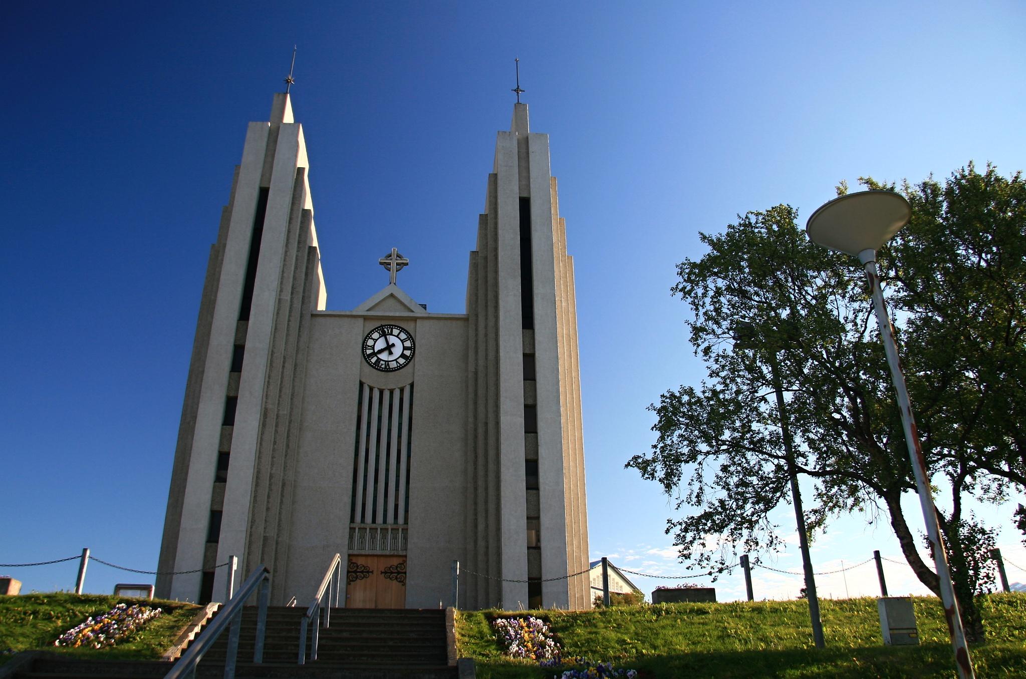 Moderní kostel Akureyrarkirkja v Akureyri