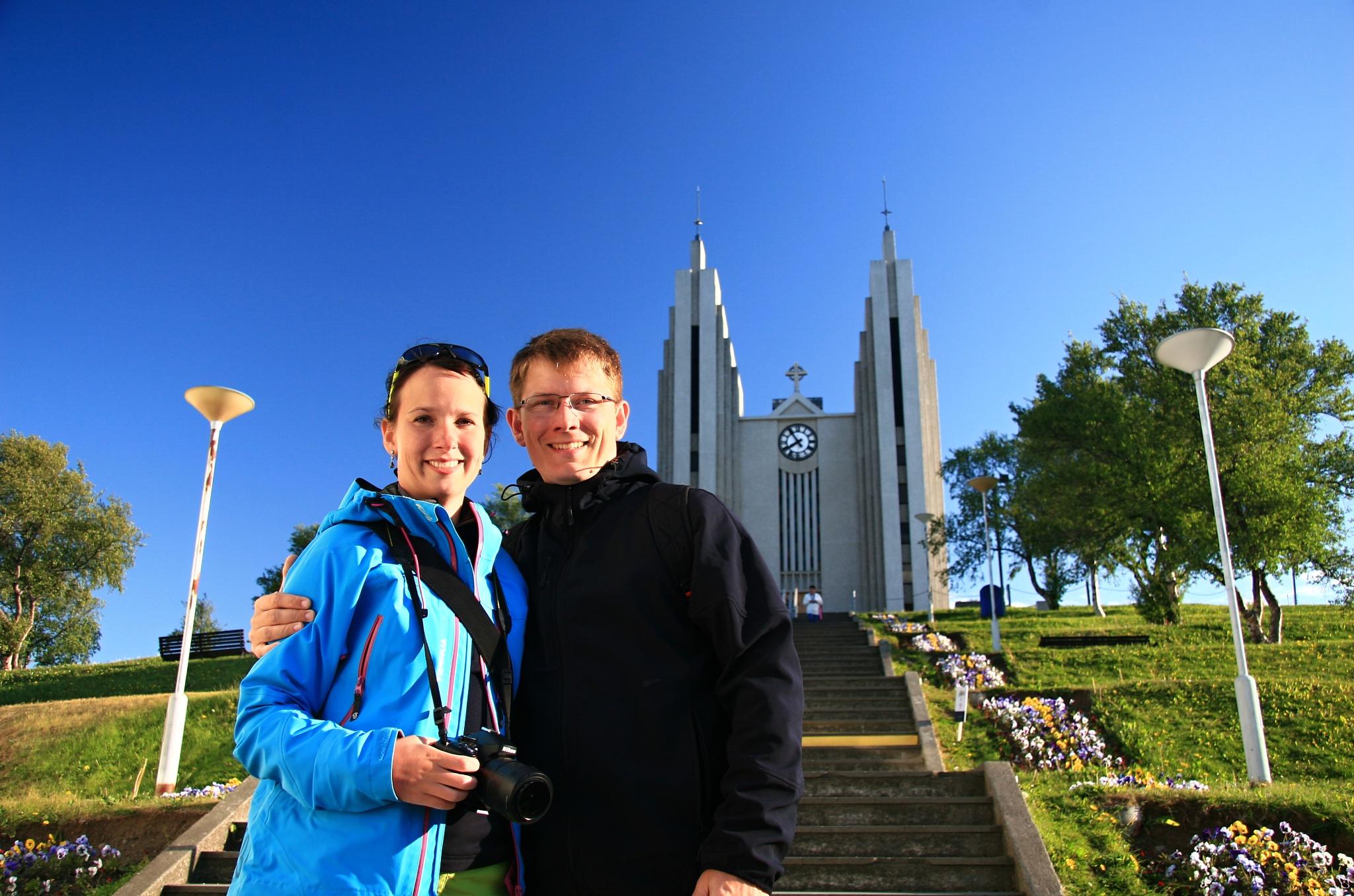 Společné foto od kostela u kostela Akureyrarkirkja
