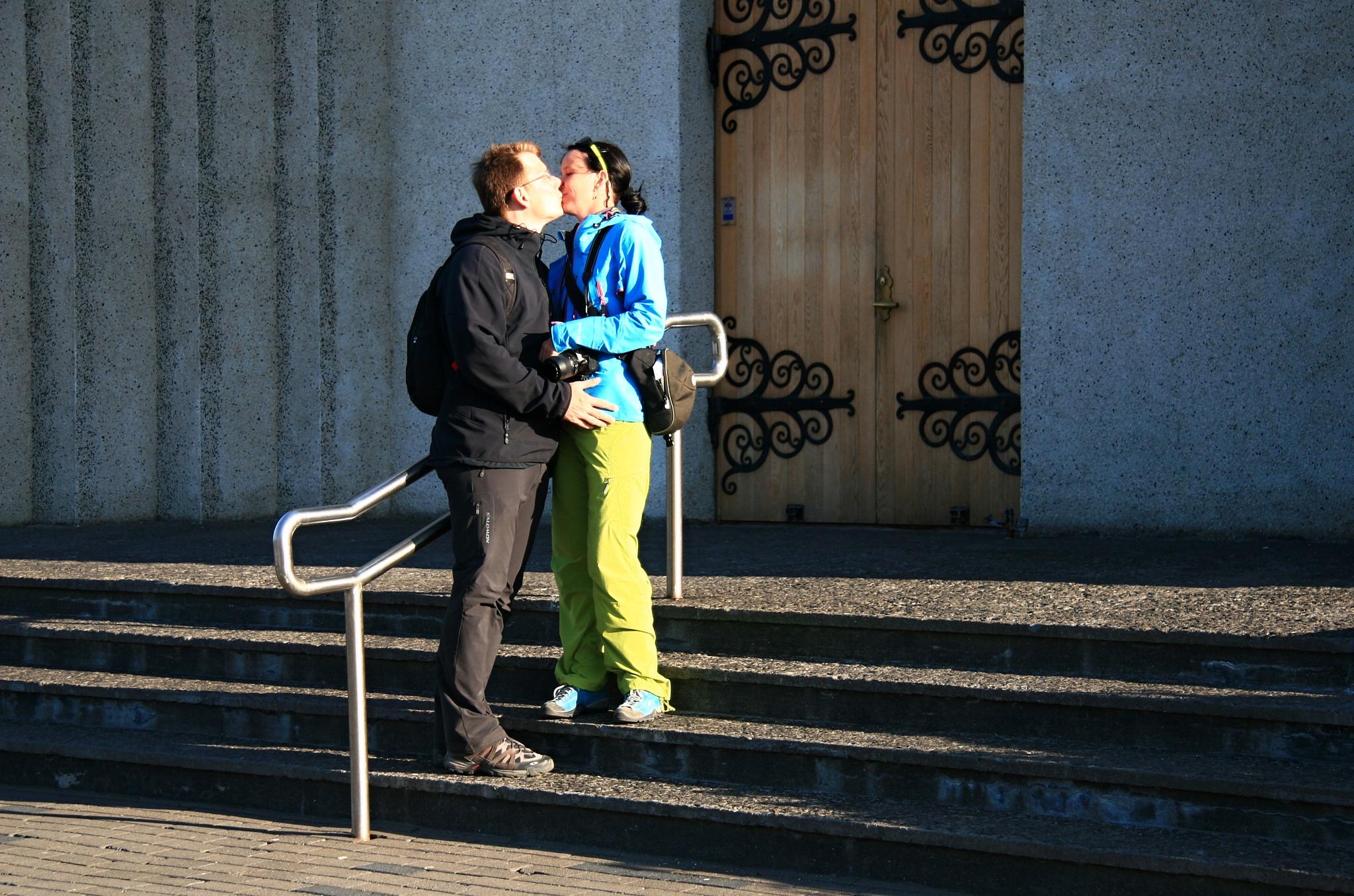 Polibek před kostelem Akureyrarkirkja