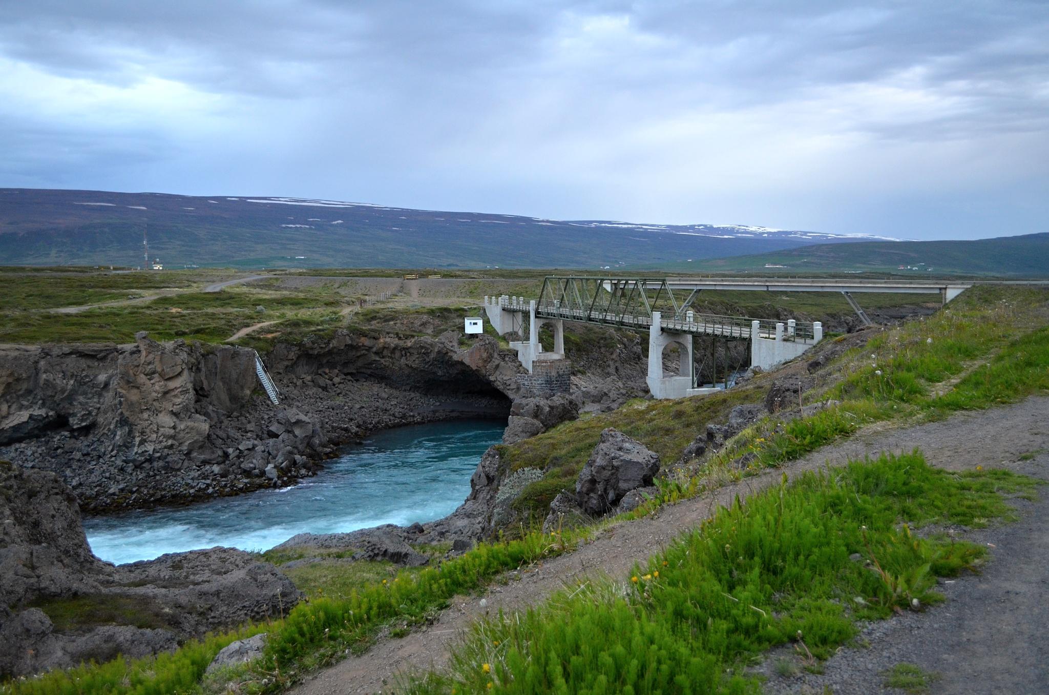 Zničený a nový most poblíž vodopádu Goðafoss
