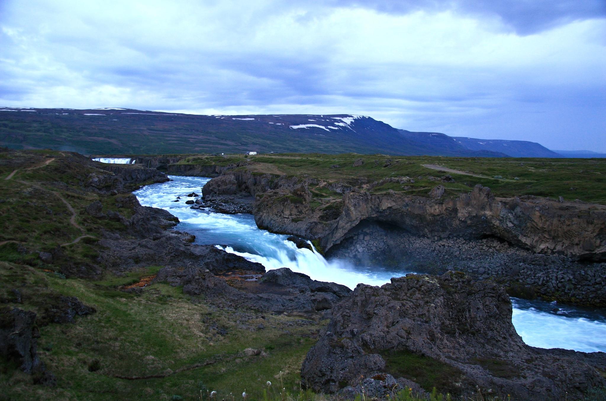 Divoká voda kousek od vodopádu Goðafoss