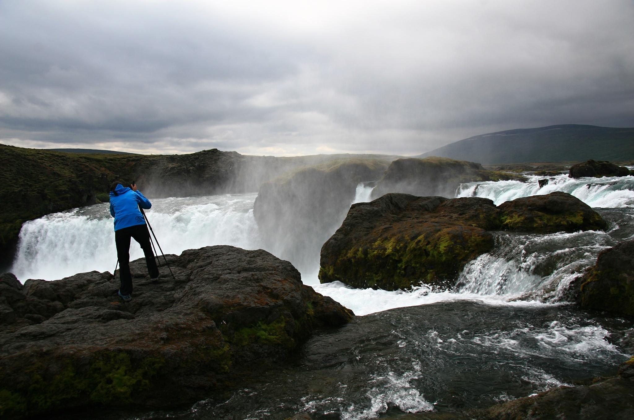 Hanka se připravuje vyfotit vodopád Goðafoss
