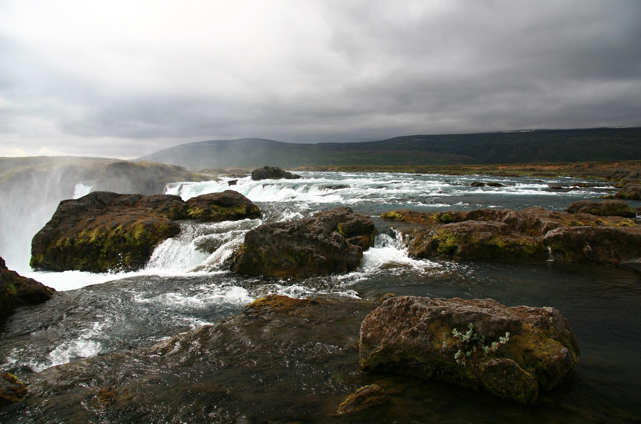 Řeka před vodopádem