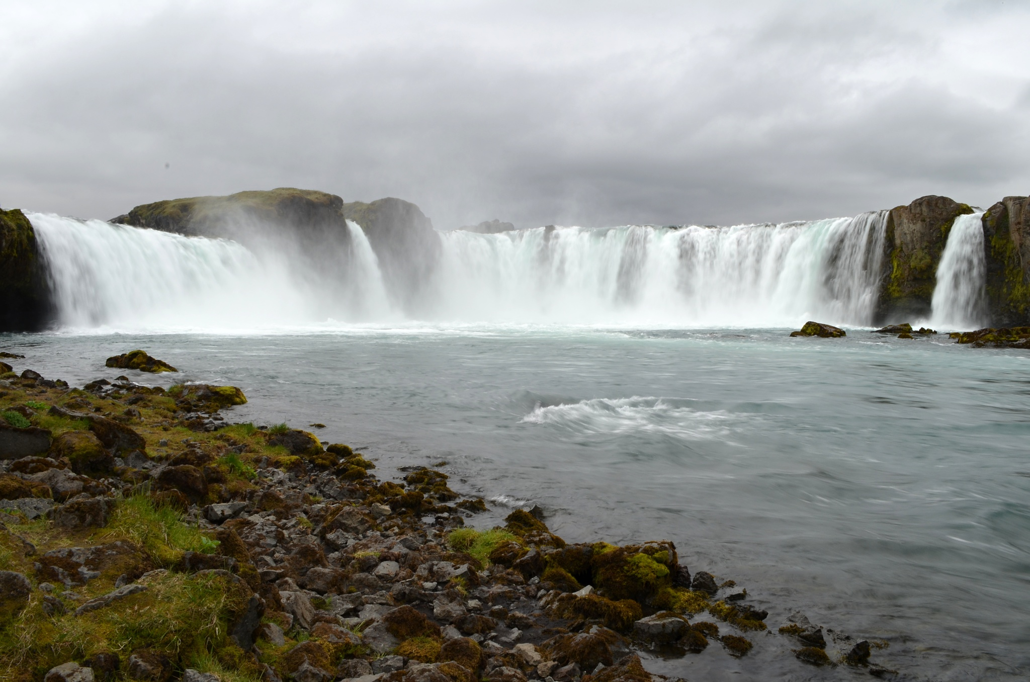 Mohutný vodopád Goðafoss focený od spodní hladiny