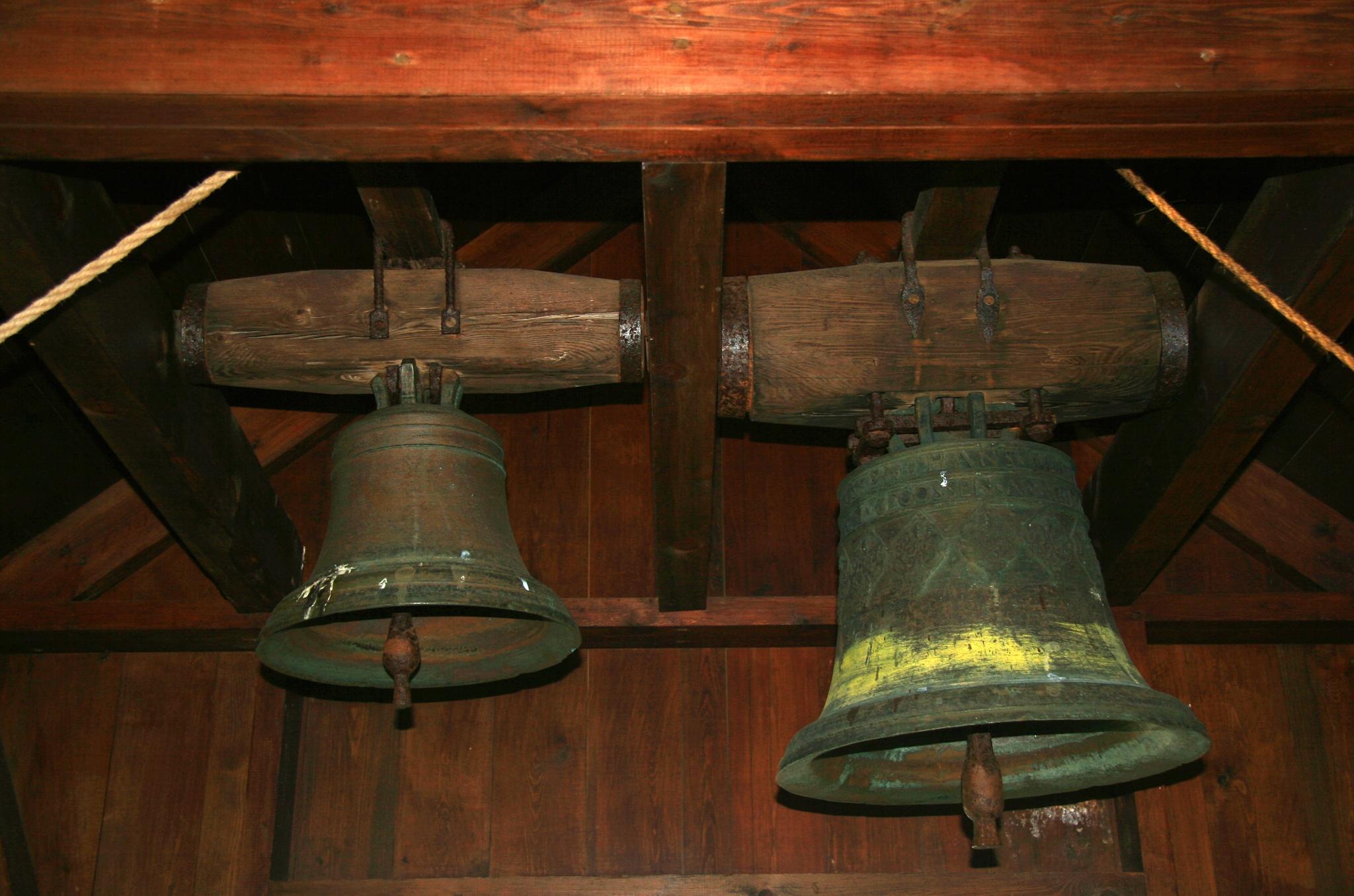 Dvojice zvonů ve zvonici před kostelem Grenjaðarstaðakirkja