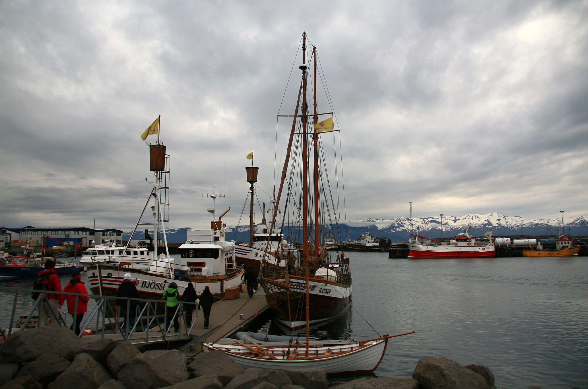 Molo s dvojicí lodí pro sledování velryb