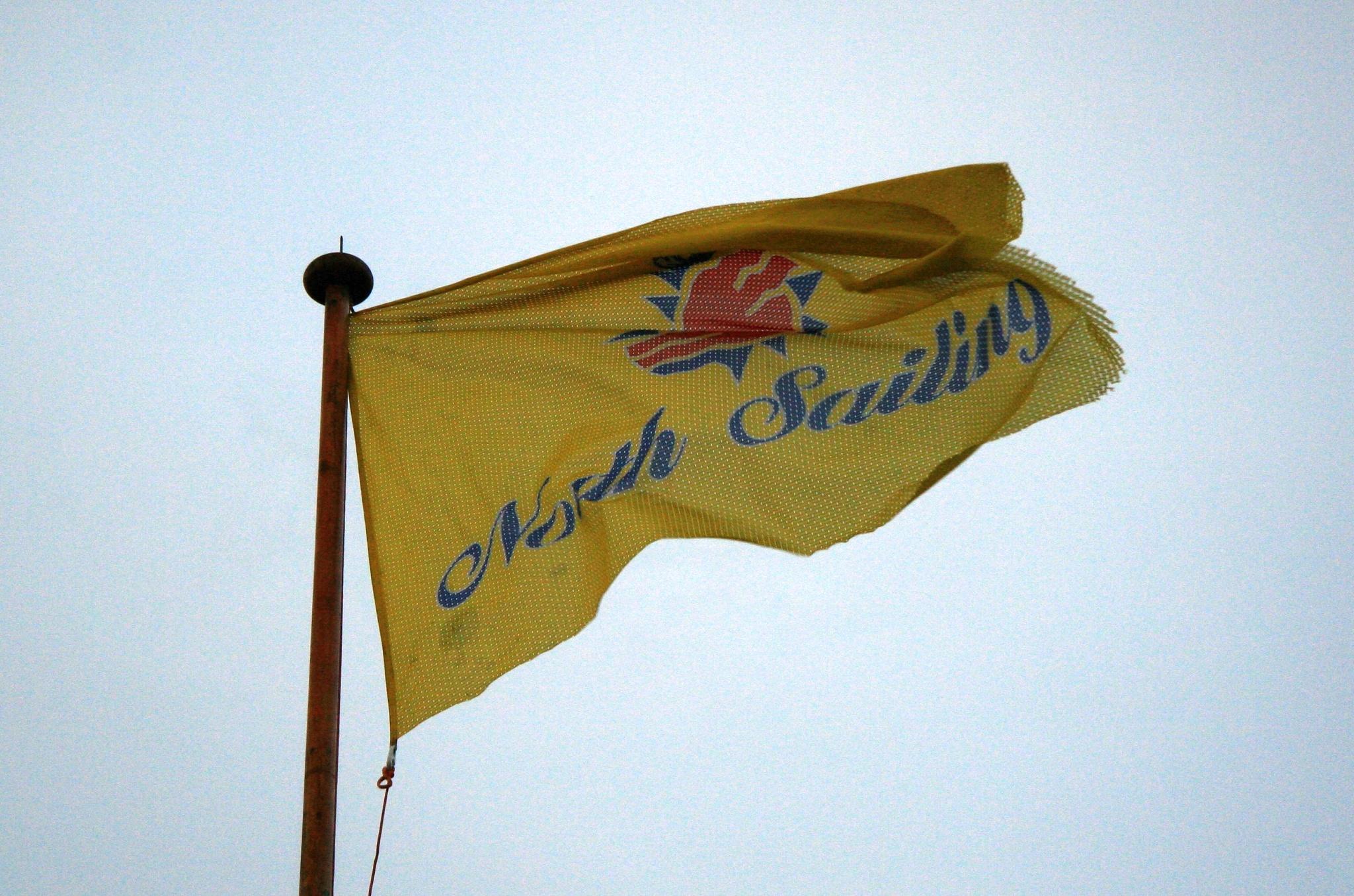 Žlutá vlajka North Sailing, se kterými jsme se plavili