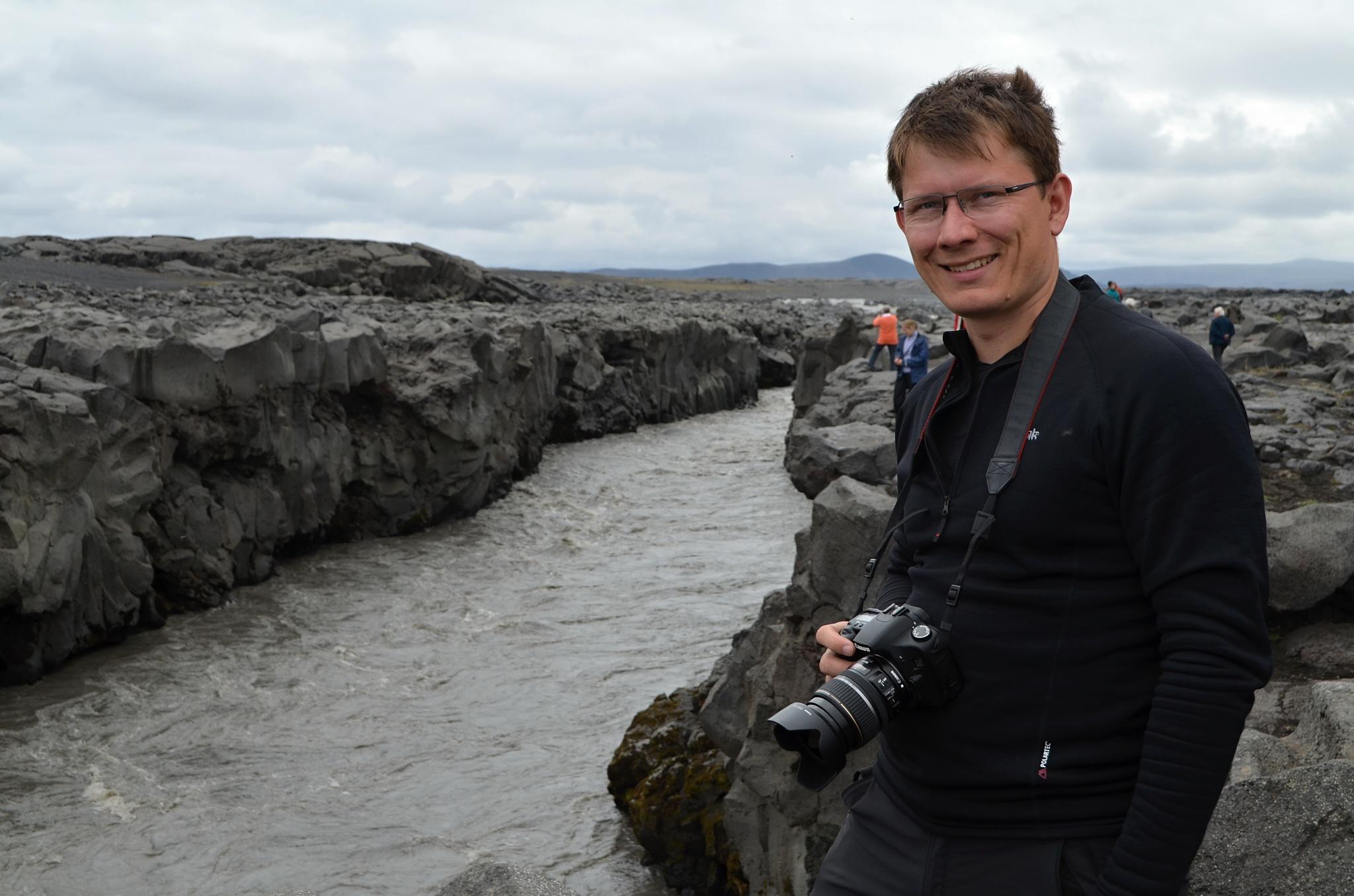 Další zastávka u vodopádu Gljúfrasmiður ledovcové řeky Jökulsá á Fjöllum