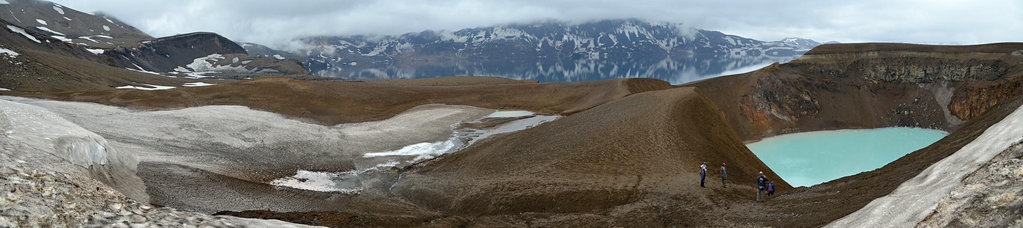 Jezero Öskjuvatn v pozadí a jezero Víti v popředí