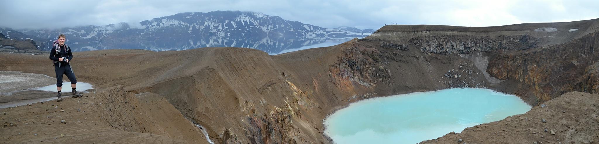 Jezero Öskjuvatn v pozadí, jezero Víti v popředí a nakonec moje maličkost