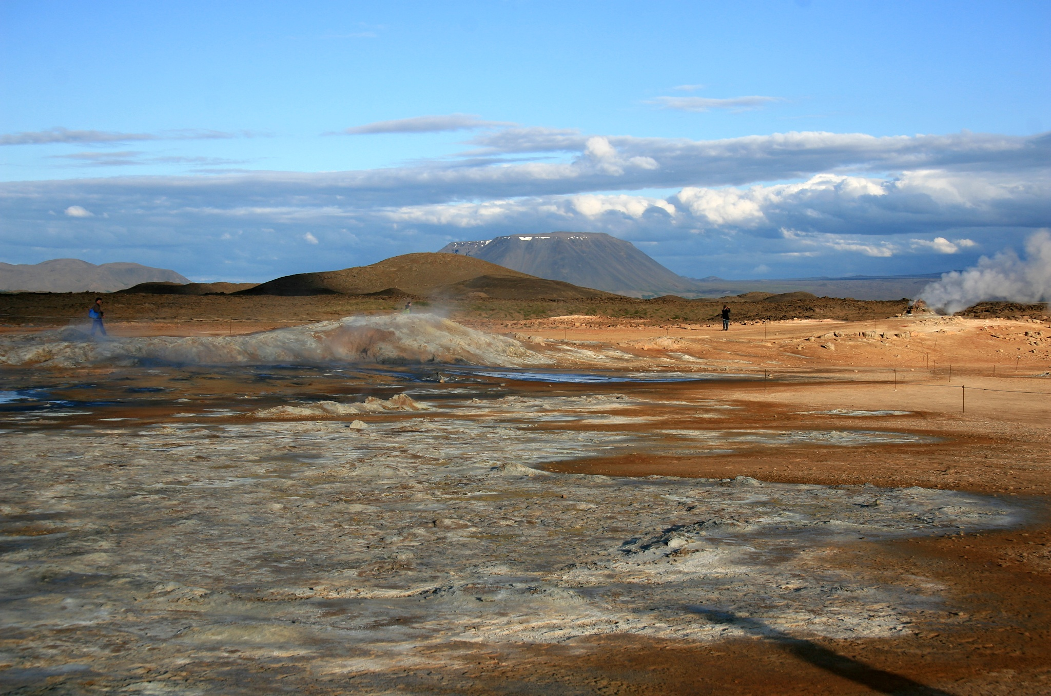 Různobarevné pole Námafjall Hverir, v pozadí hora Herðubreið