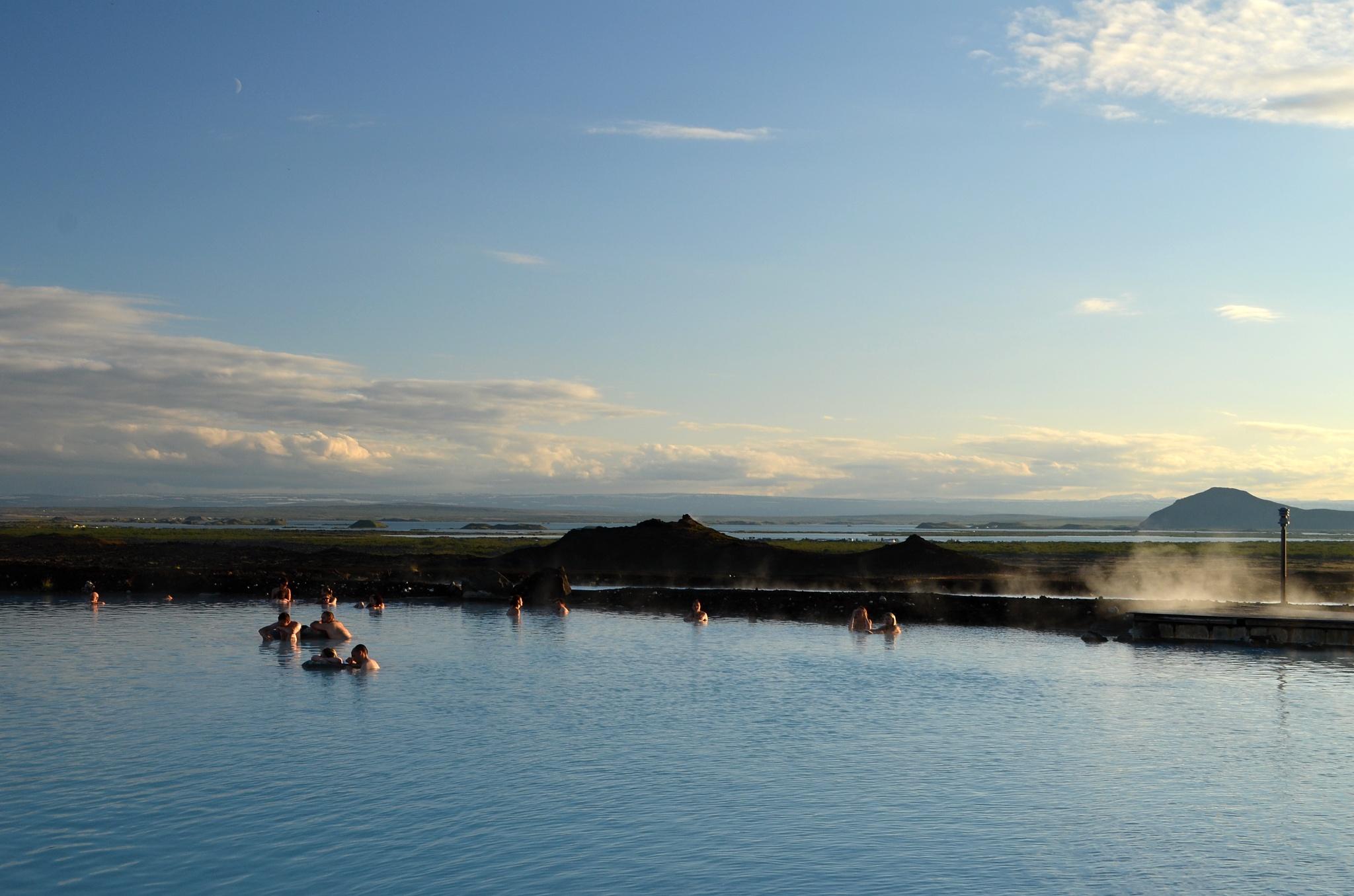 Pohled z koupaliště na jezero Mývatn