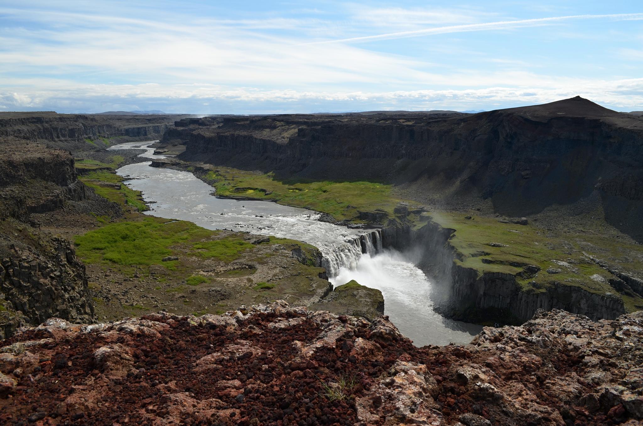 Krásný vodopád Hafragilsfoss s pestrobarevným okolím