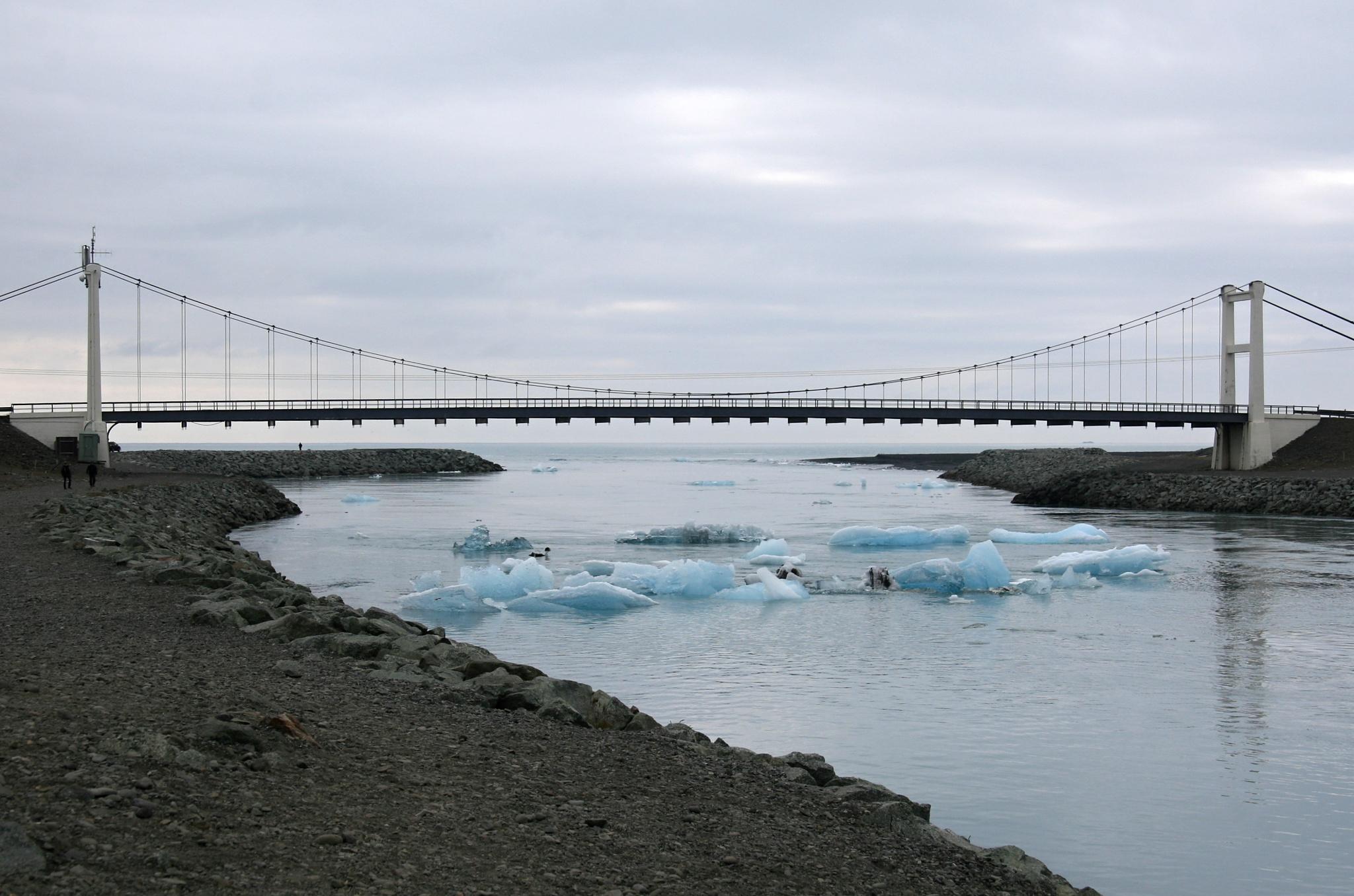 Most přes řeku spojující ledovcové jezero Jökulsárlón s mořem