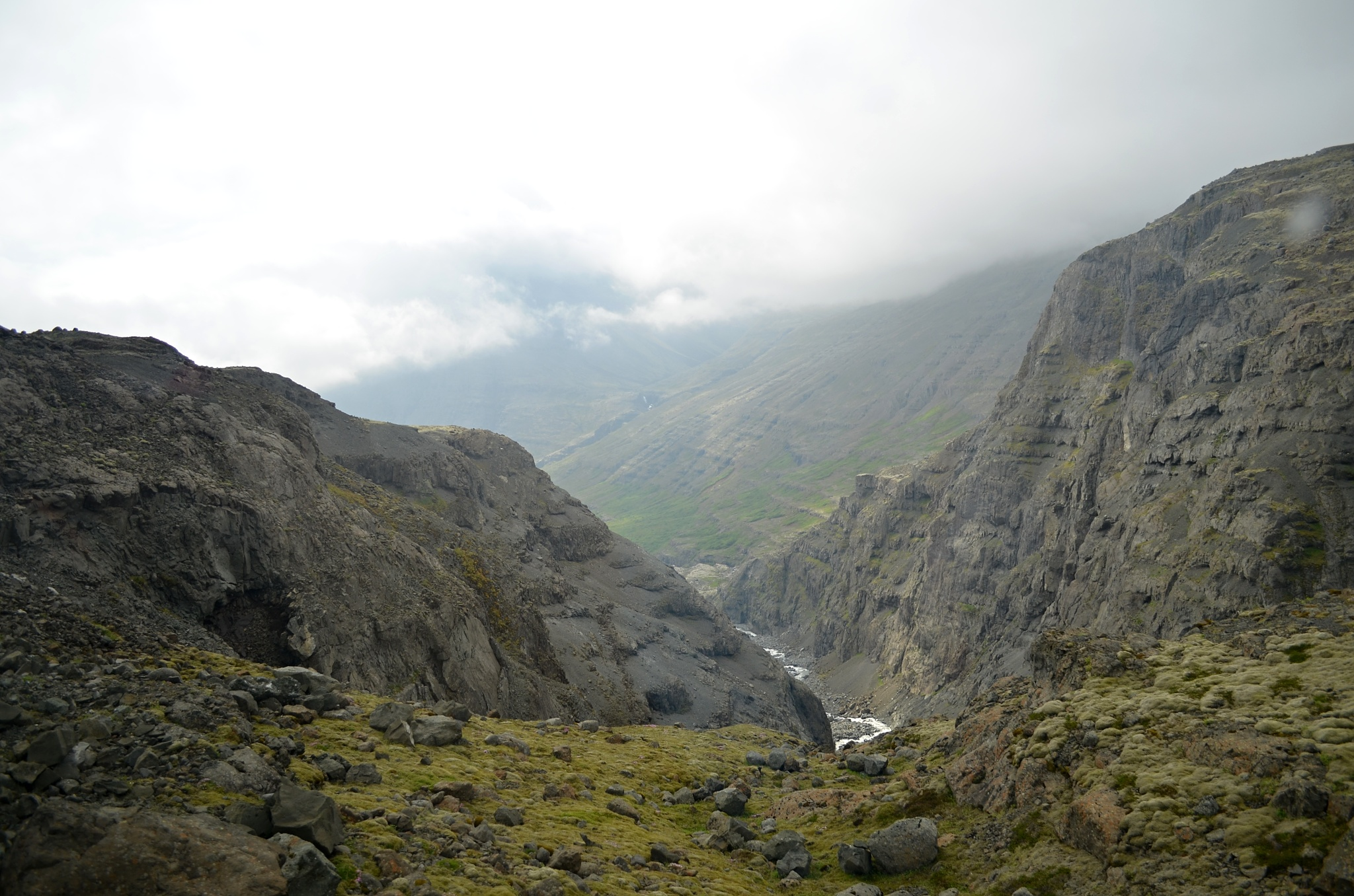 Hluboký kaňon při cestě na ledovec