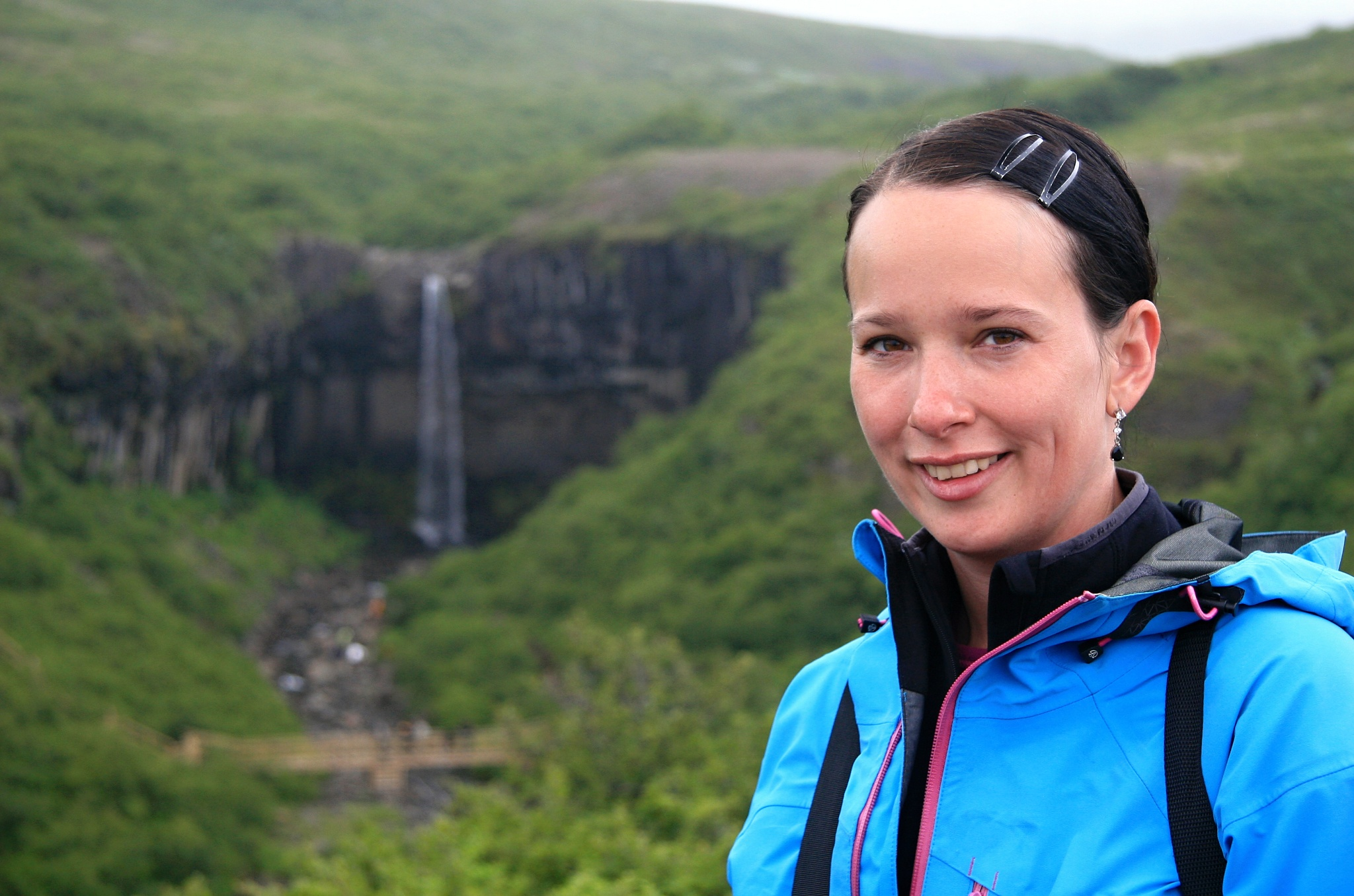 Hanka u vodopádu Svartifoss