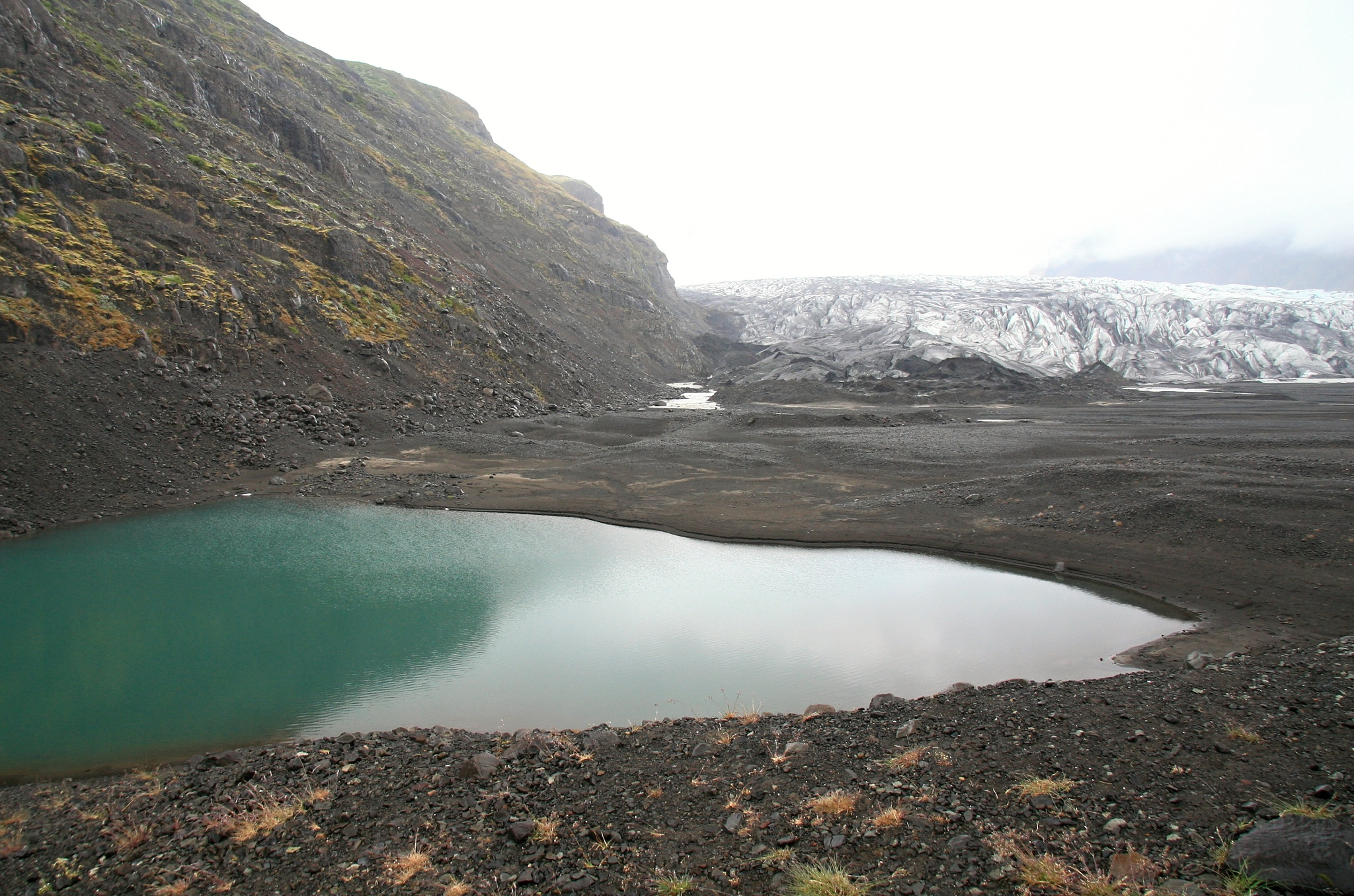 Malé jezírko u splazu ledovce Skaftafellsjökull.