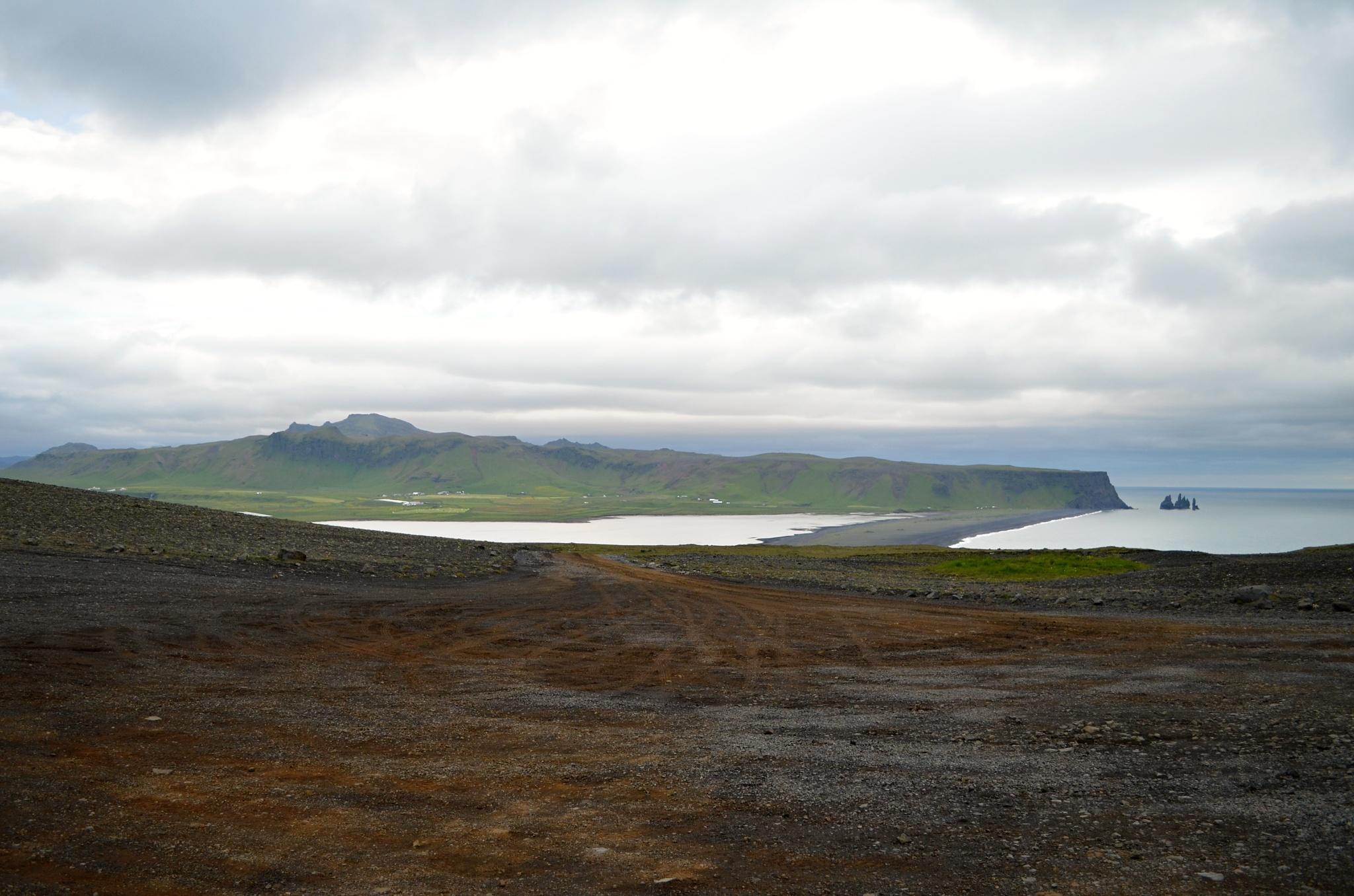 Vzdálený pohled na Reynisdrangar (Trolí skály)