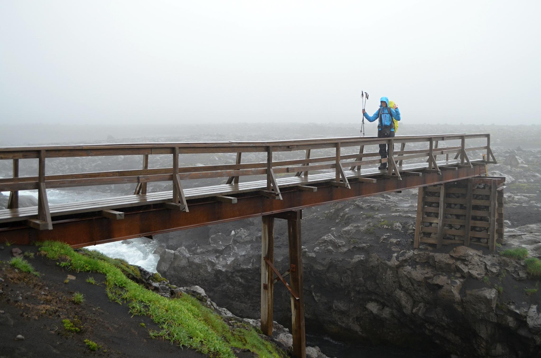 Důvěru ne zcela budící most přes řeku Skógá