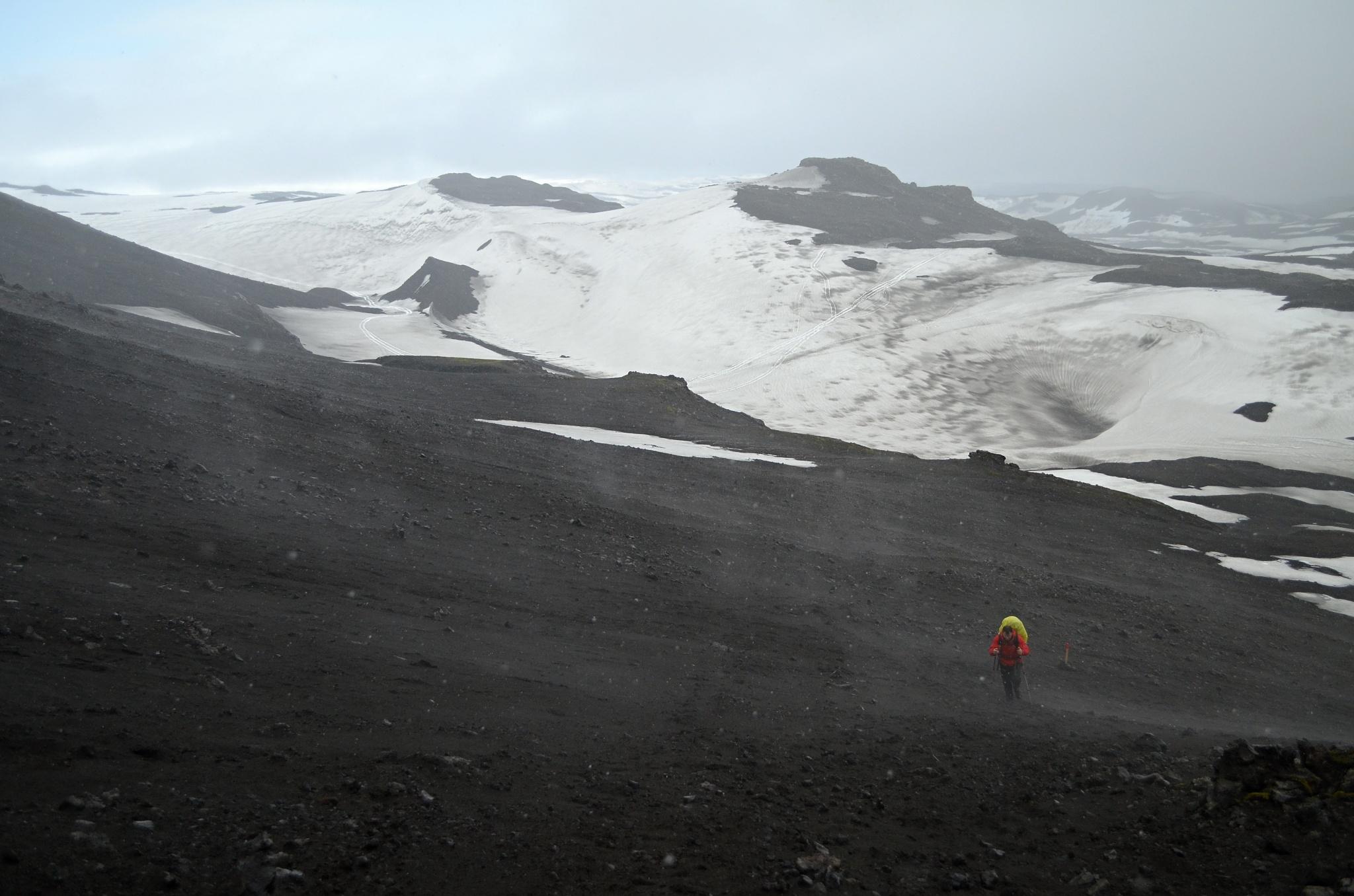 Poslední úsek cesty k chatě Fimmvörðuskáli je náročný