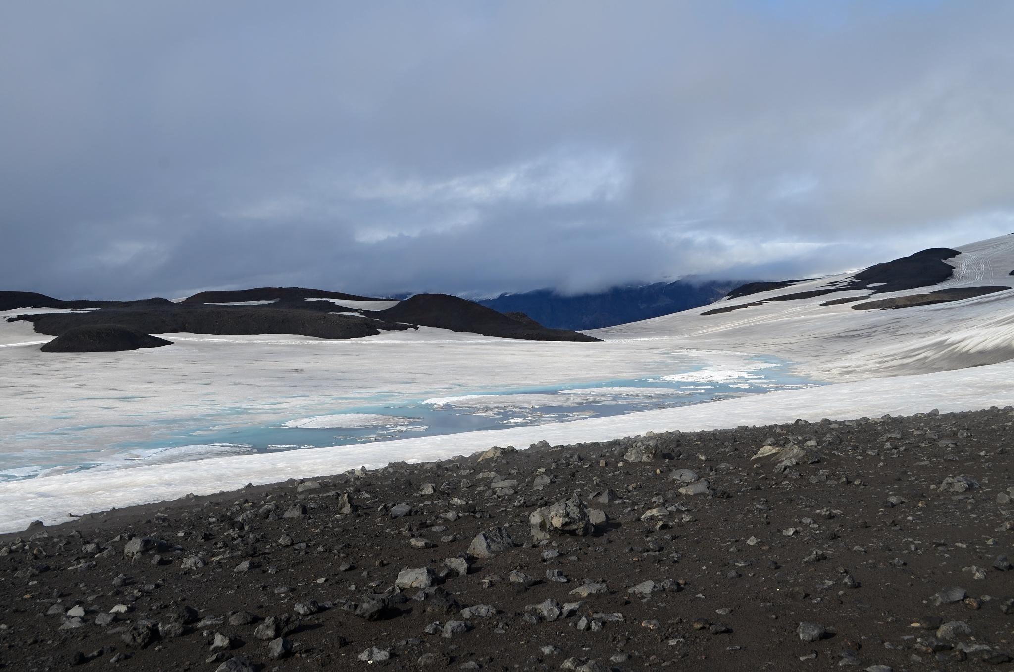Malé horské ledovcové jezírko v průsmyku Fimmvörðuháls