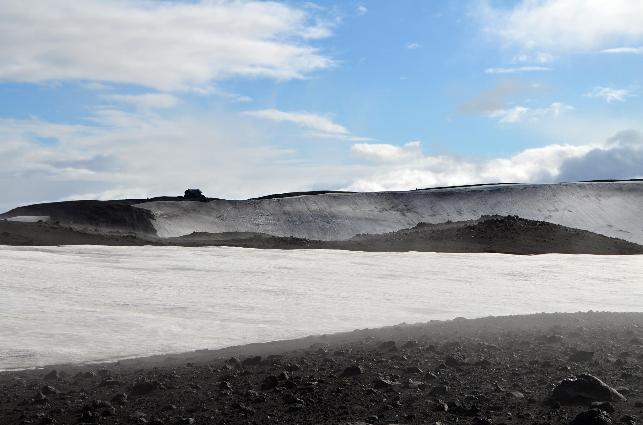 Na obzoru se ztrácí chata Fimmvörðuskáli