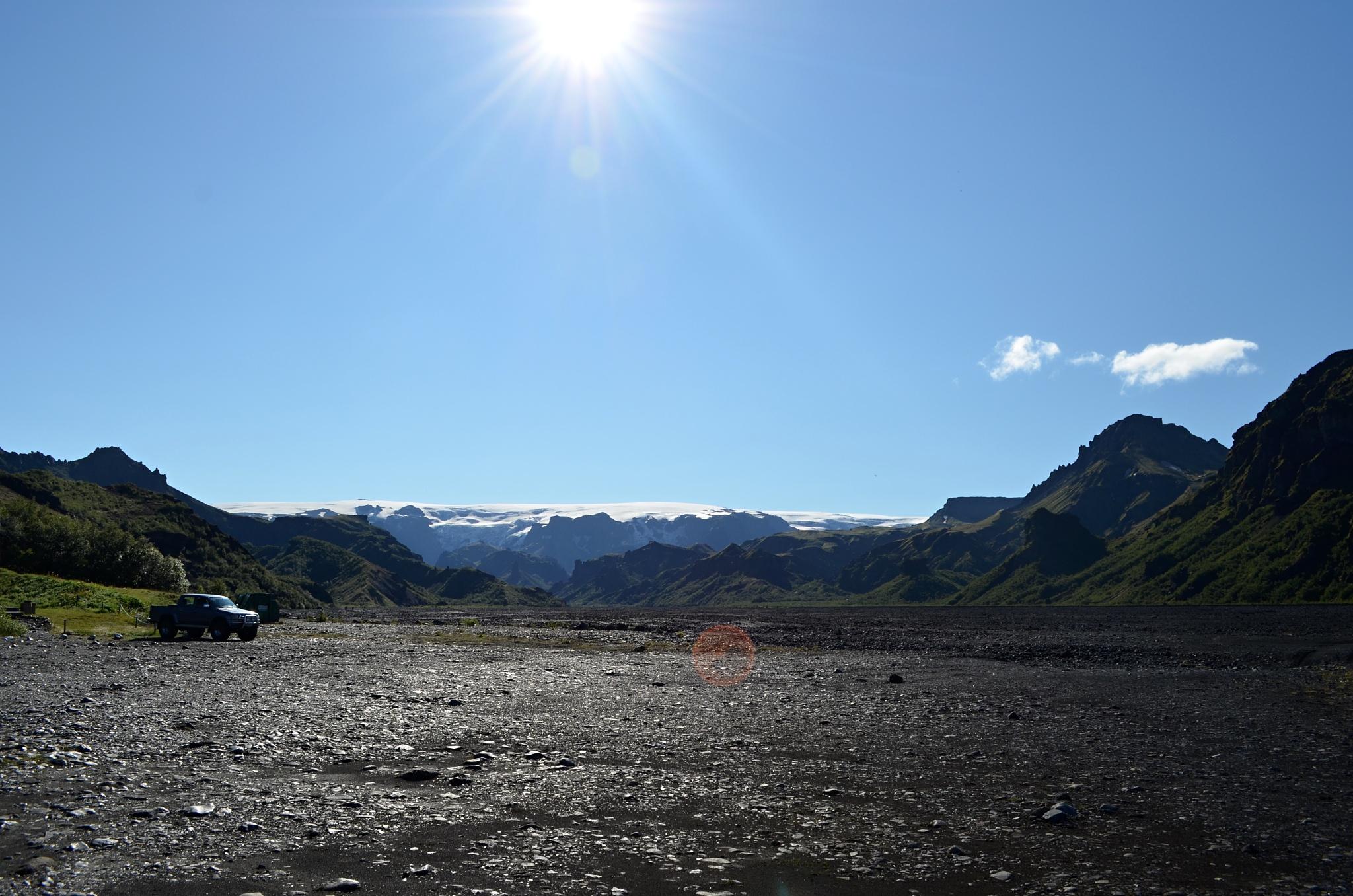Pohled na koryto řeky Krossá, v dálce je ledovec Mýrdalsjökull