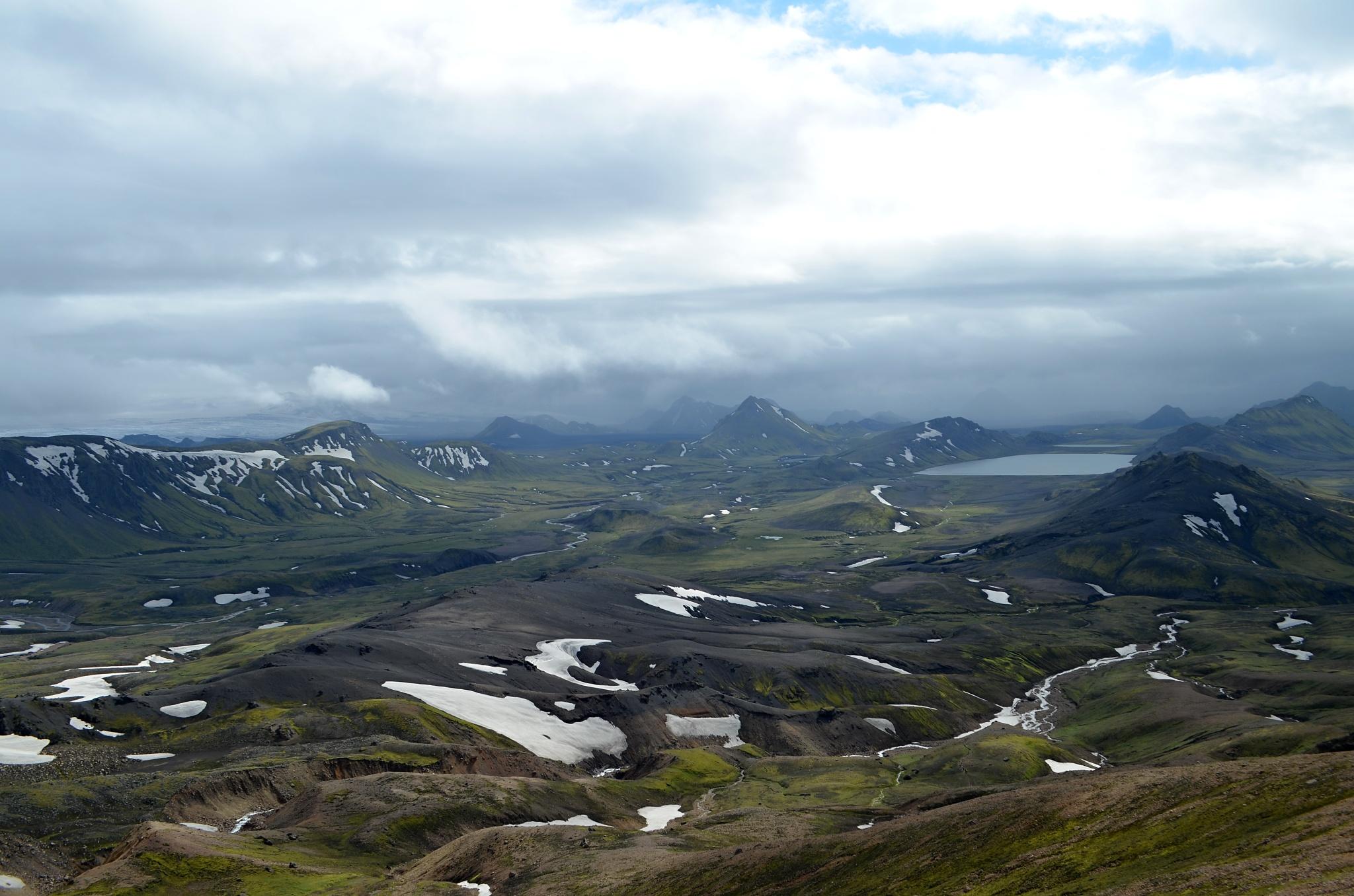 Z náhorní plošiny Jökultungur je krásný výhled zpět na jezero