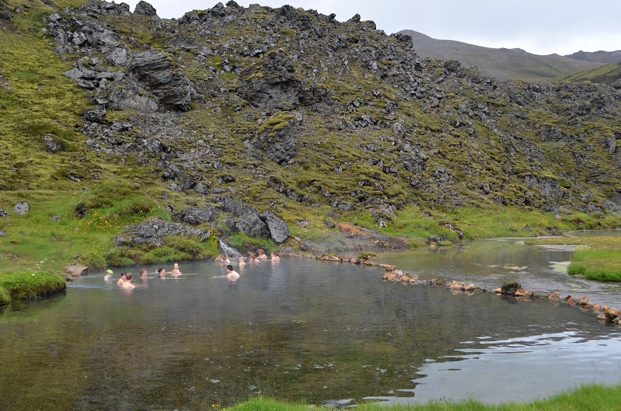 Přírodní koupaliště plné horké vody v Landmannalaugaru
